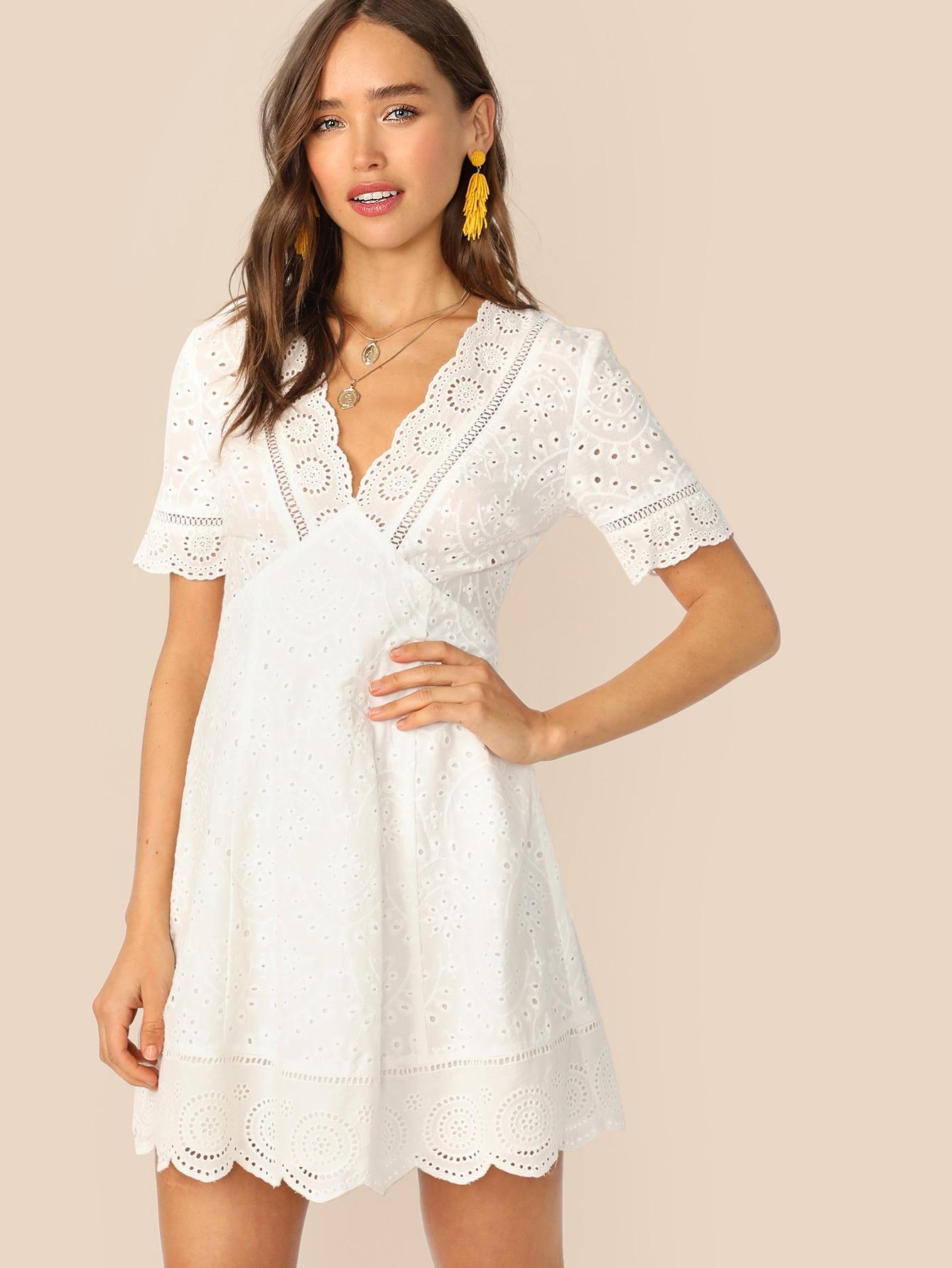 Фото - Платье с глубоким вырезом и фестончатым краем от SheIn цвет белые