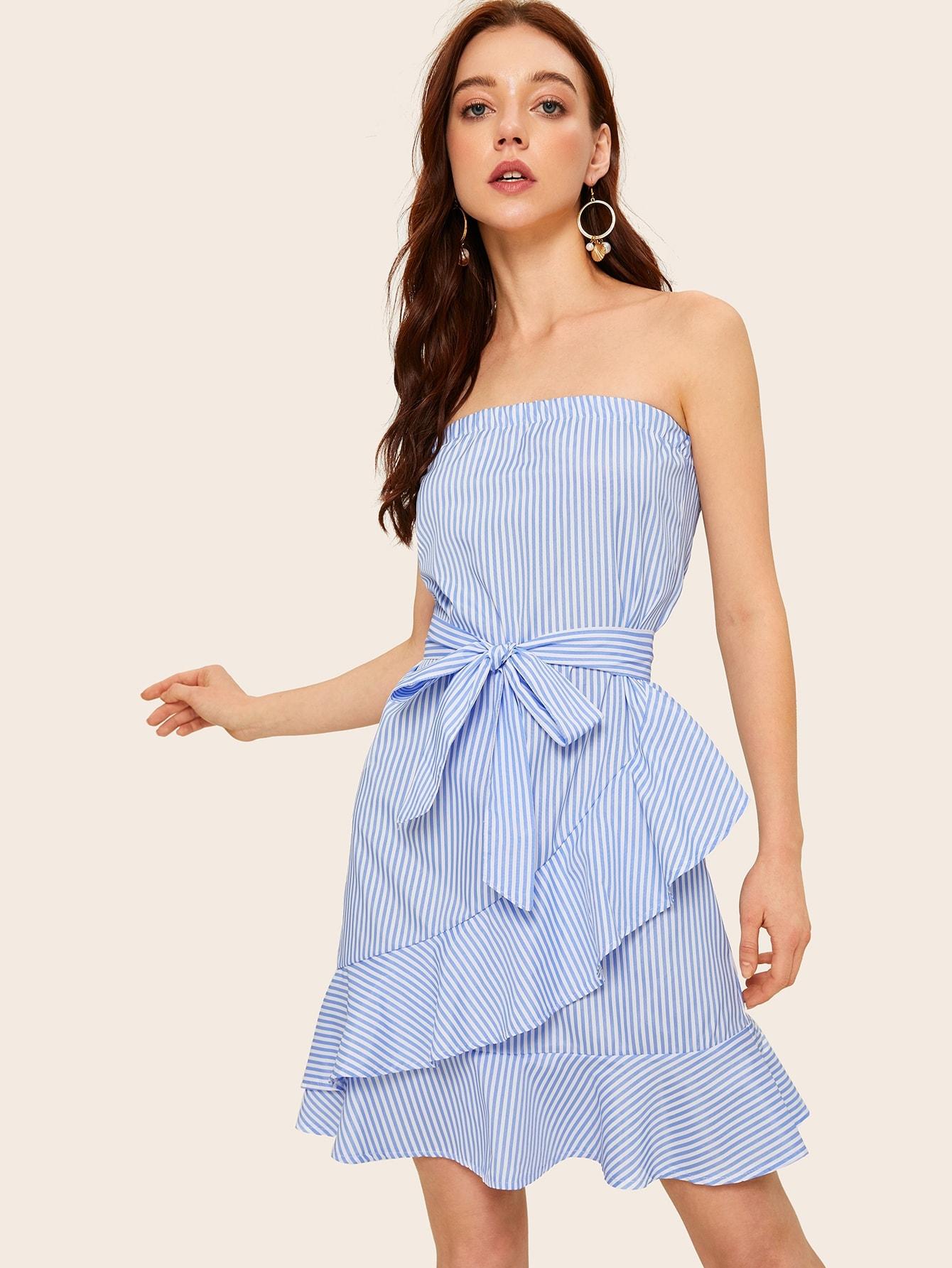 Фото - Полосатое платье на бретелях с поясом и оборкой от SheIn цвет синие