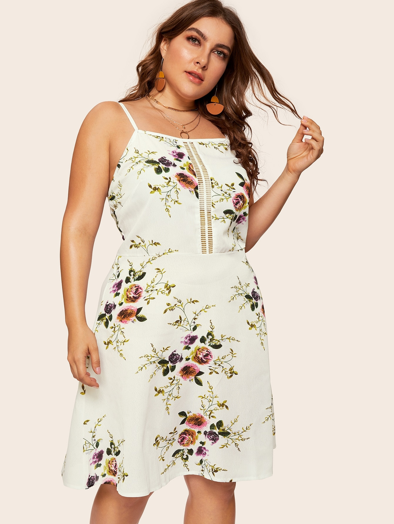 Размера плюс цветочное платье на бретелях с вырезом