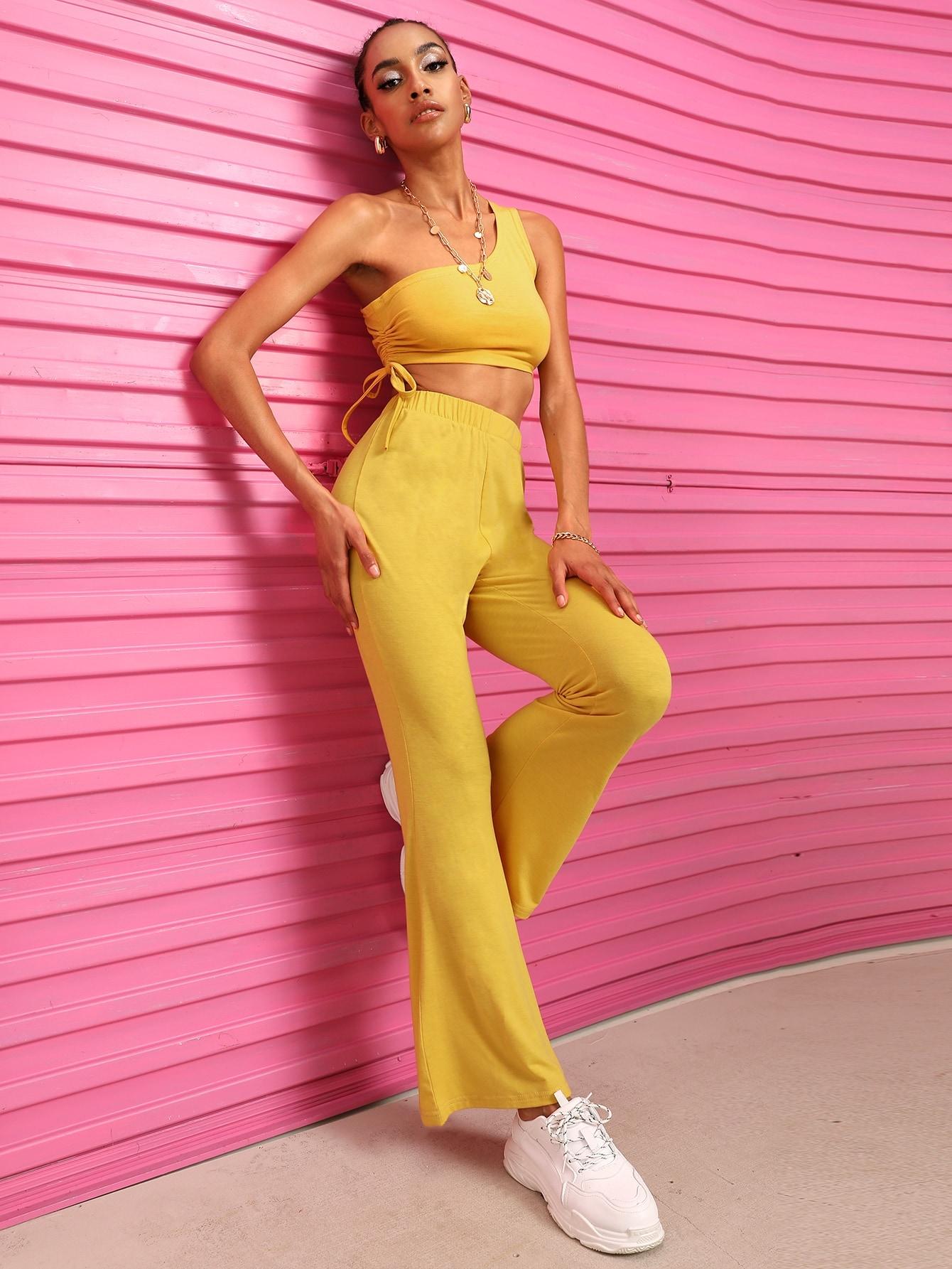 Фото - Кроп топ с кулиской и открытым плечом и брюки-клёш от SheIn желтого цвета