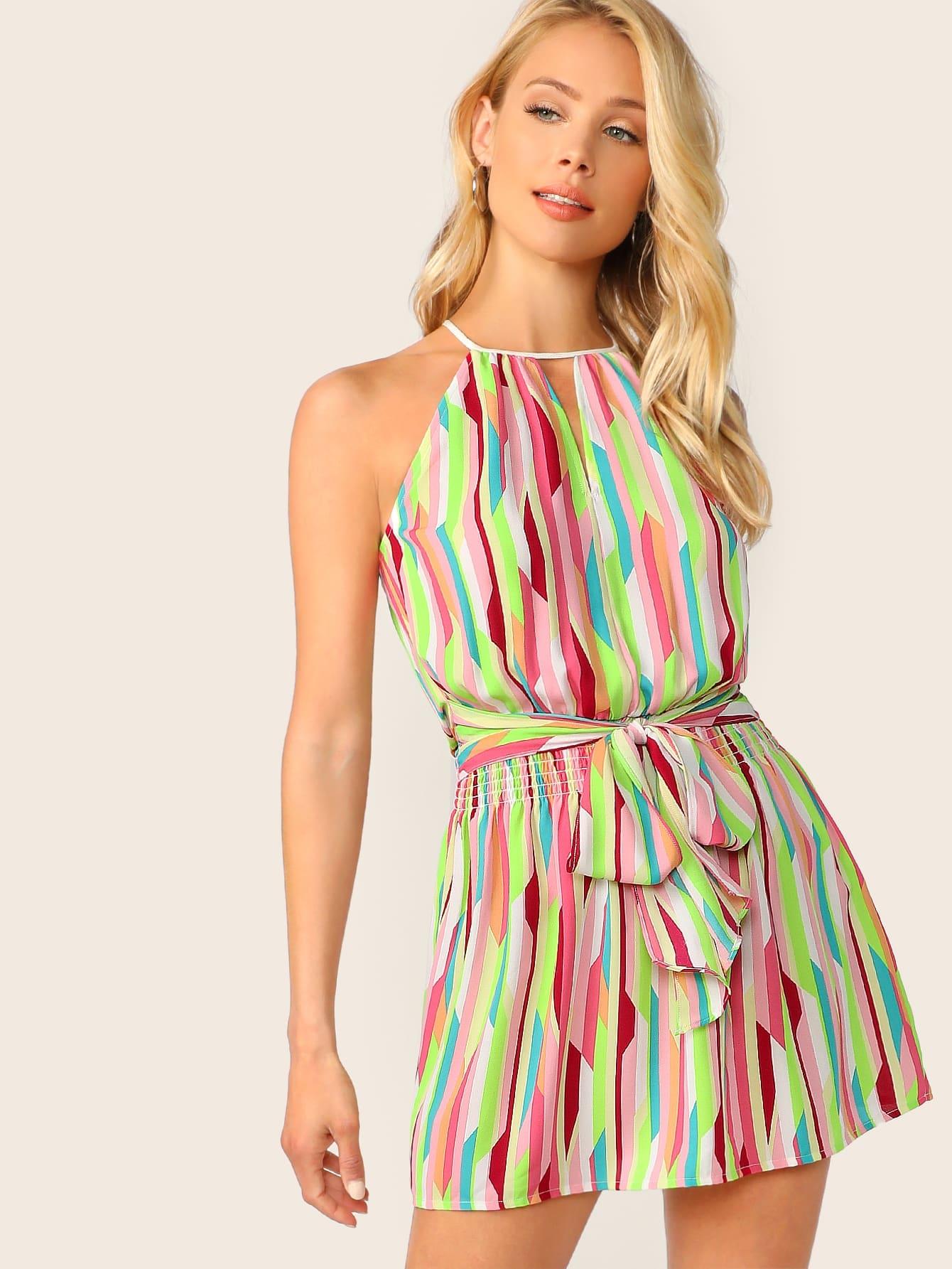 Фото - Контрастное платье с поясом и графическим принтом и завязками на шее от SheIn цвет многоцветный