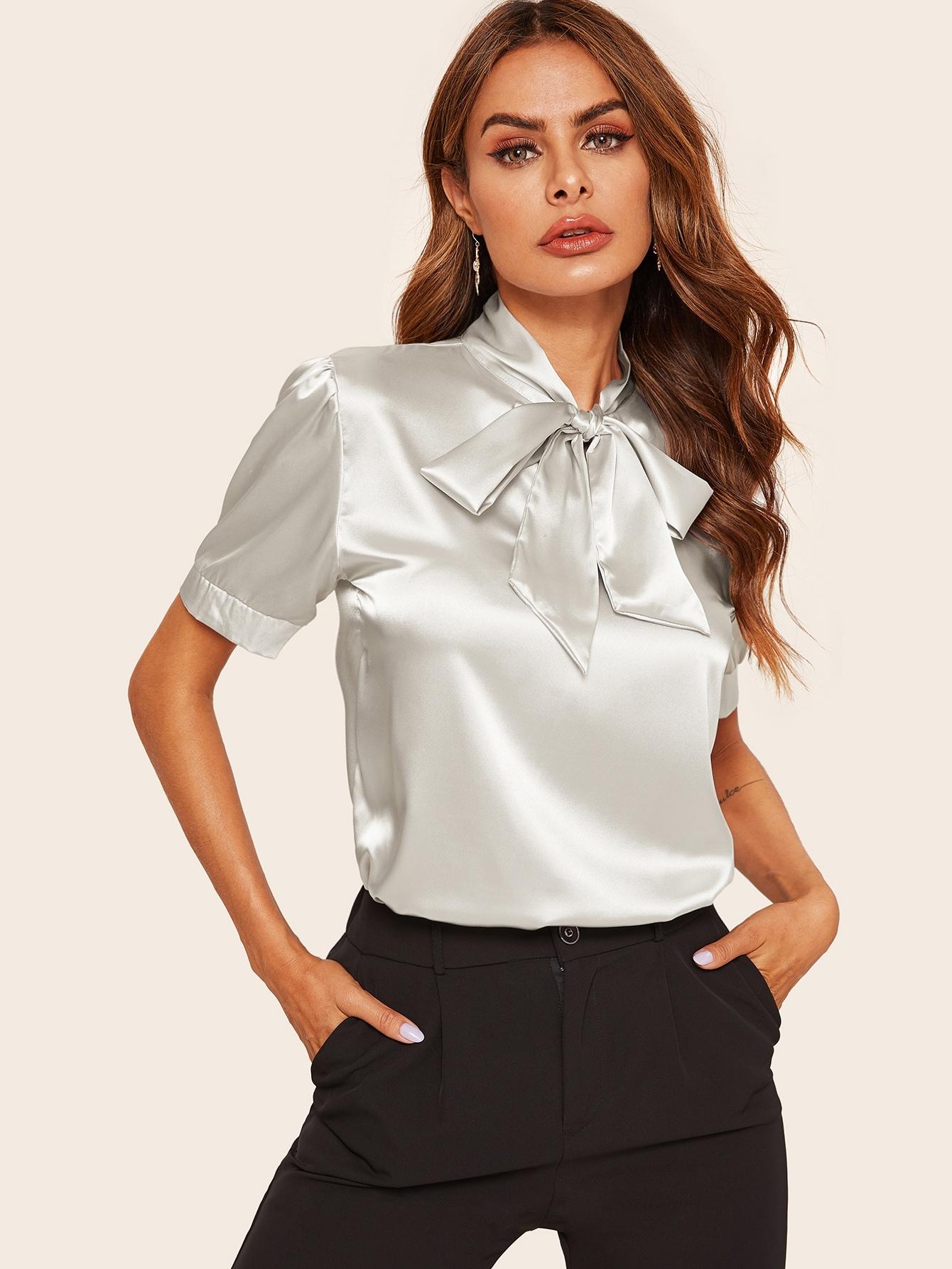 Фото - Атласная блуза с завязкой на шее от SheIn серого цвета