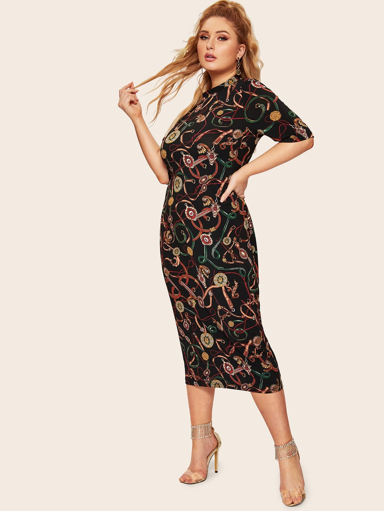 Размер плюс платье-карандаш с цепным принтом и воротником-стойкой