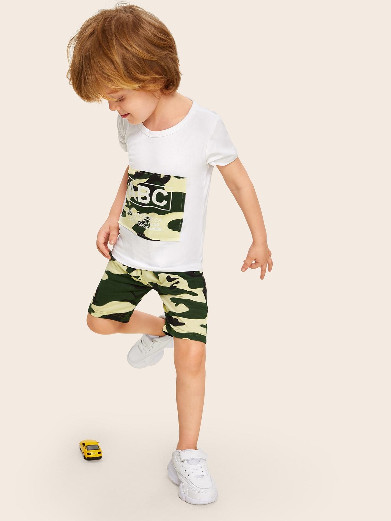 Фото - Футболку с контрастной камуфляжной заплатой и шорты для маленьких мальчиков от SheIn цвет многоцветный