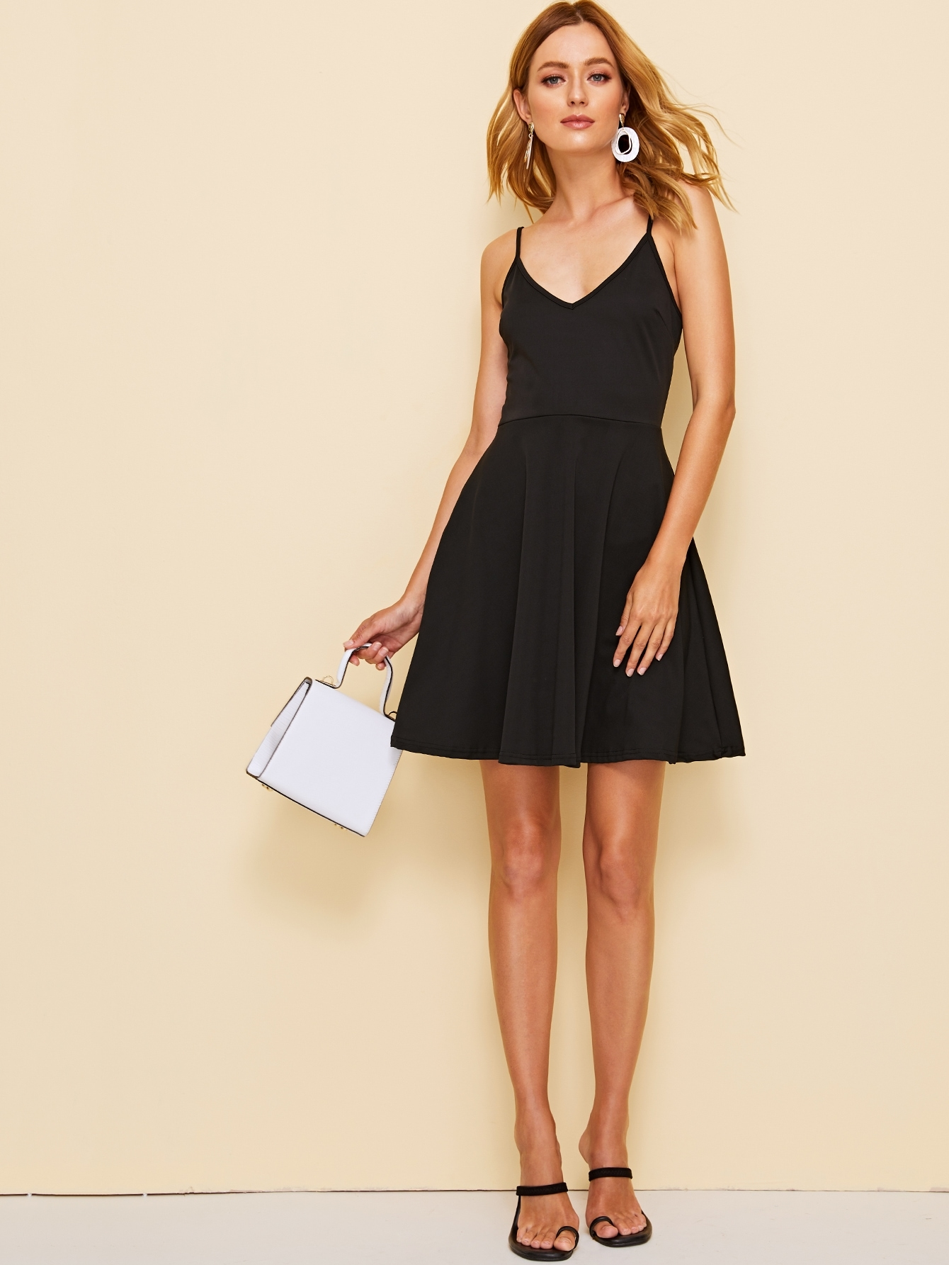 Фото - Однотонное расклешенное платье на бретелях от SheIn цвет чёрные