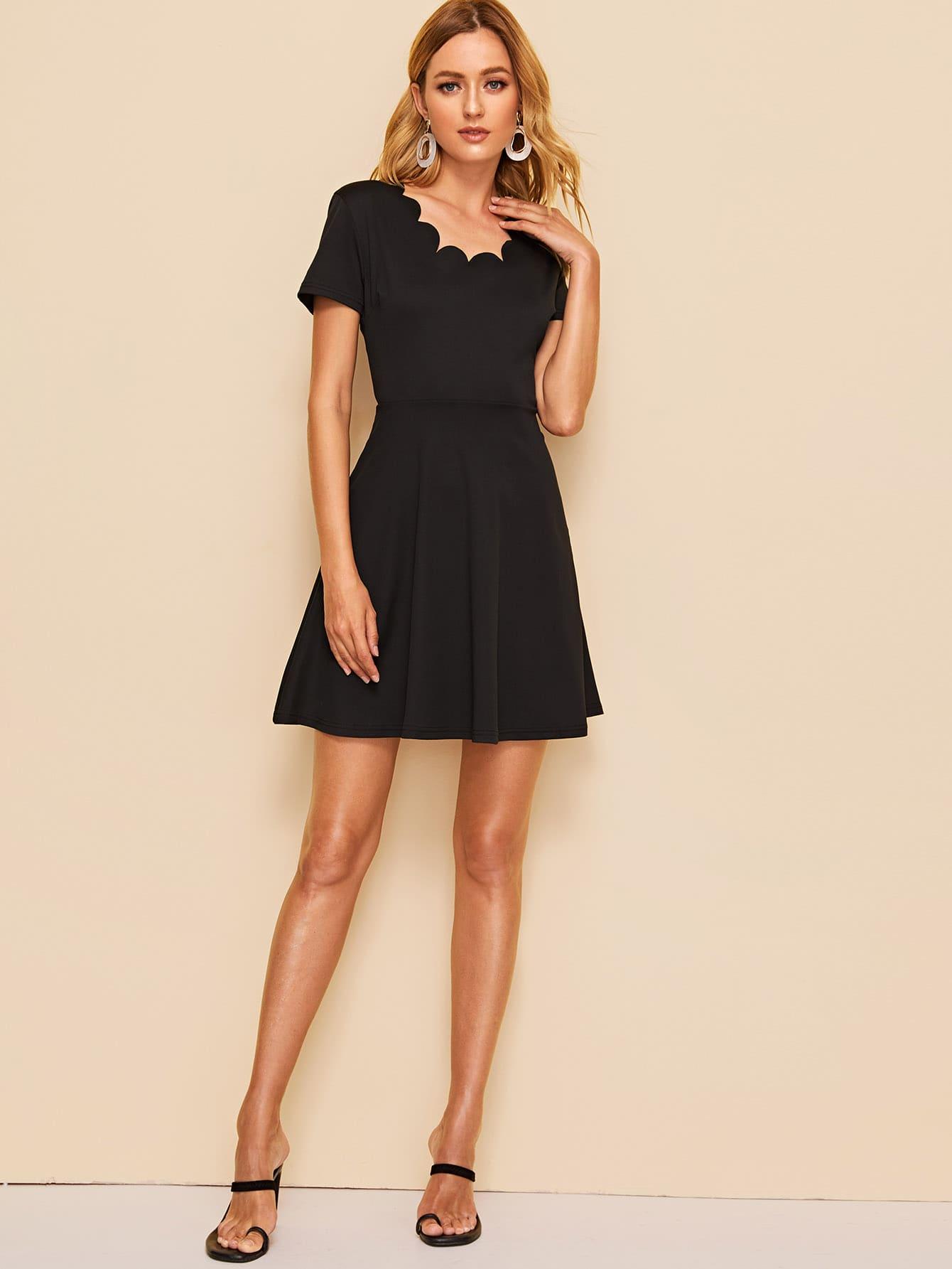 Фото - Расклешенное платье с фестончатым краем от SheIn цвет чёрные