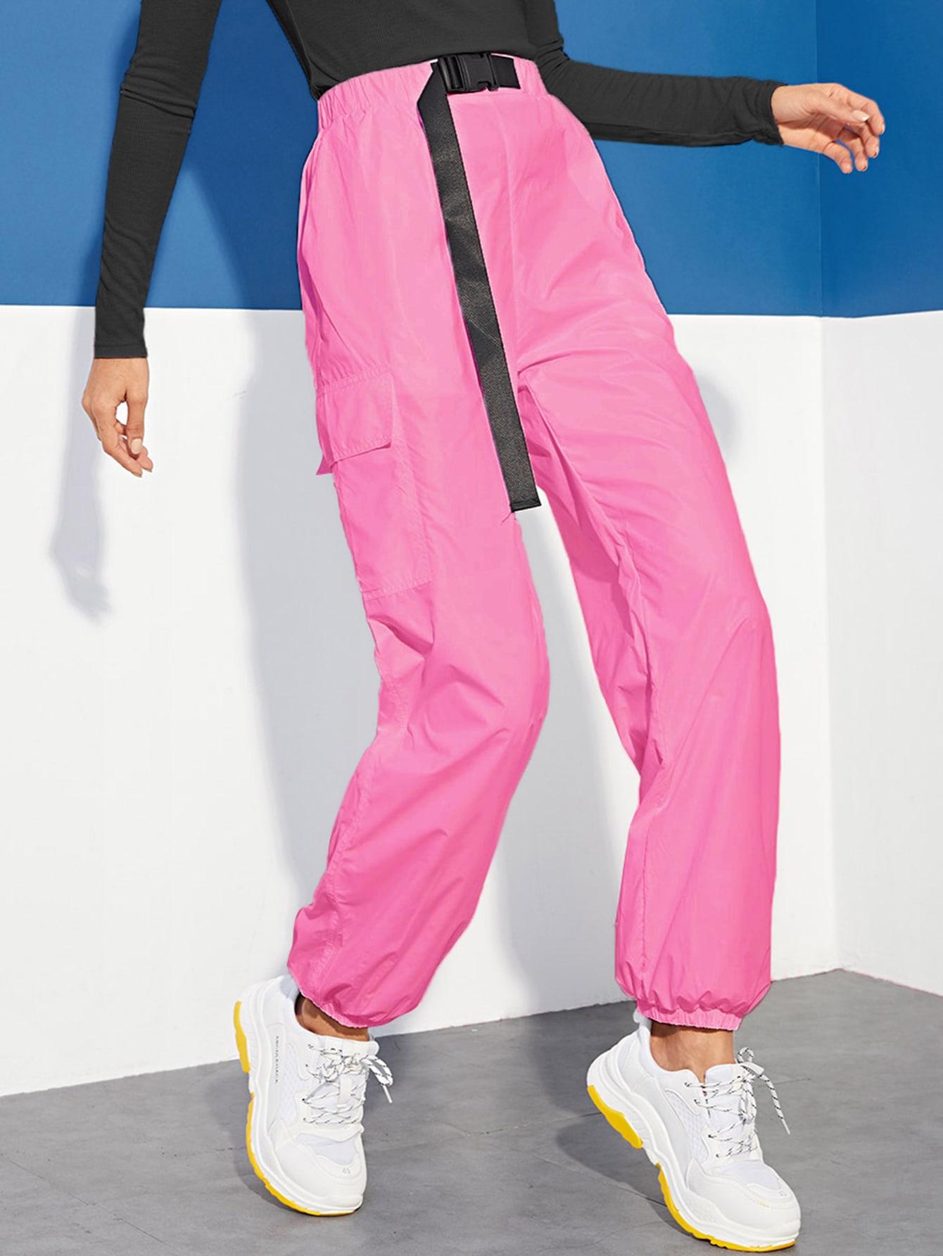 Фото - Неоновые розовые брюки с пряжкой и карманом от SheIn розового цвета