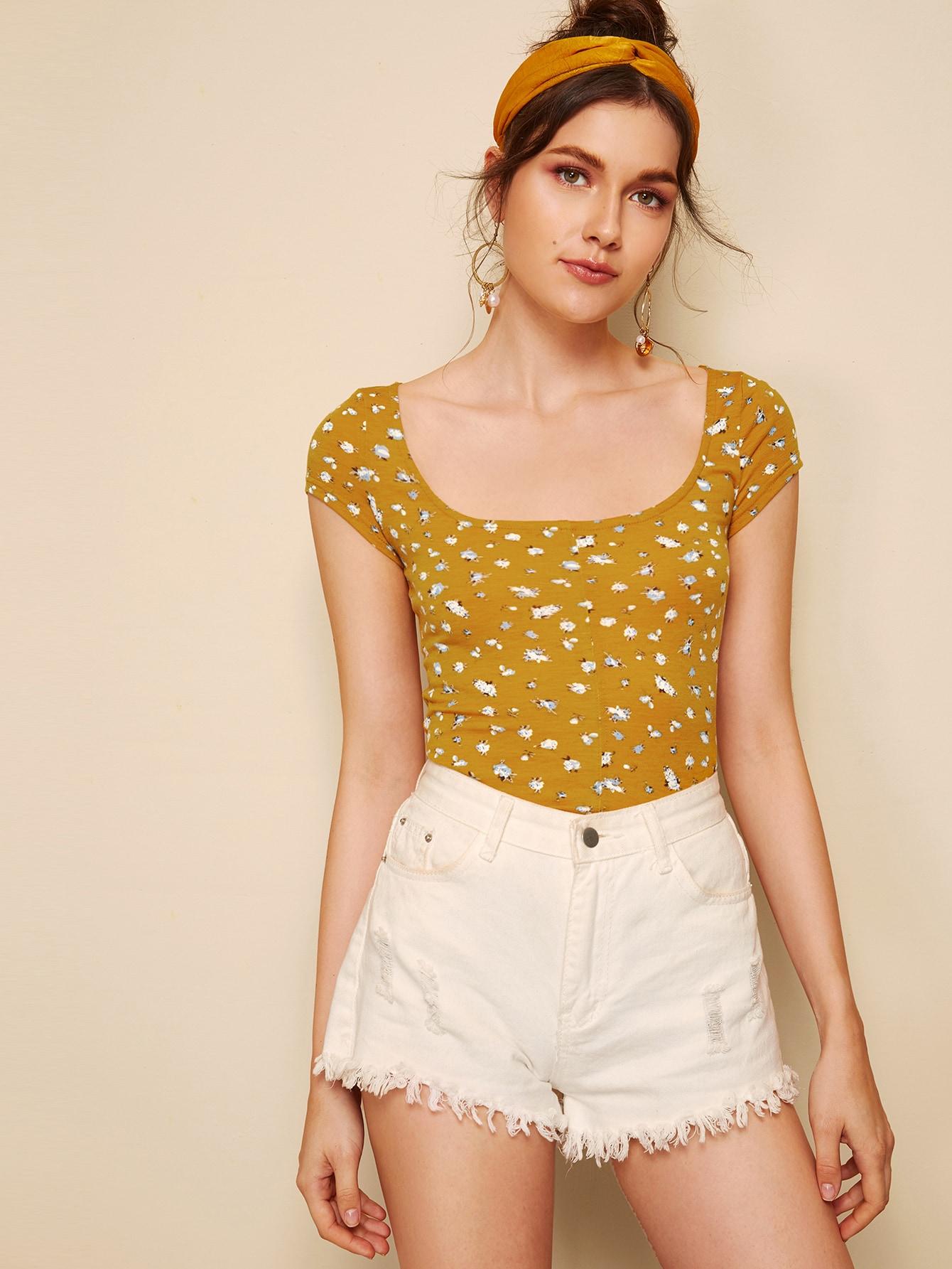 Фото - Приталенная цветочная футболка с глубоким круглым воротником от SheIn цвет жёлтый