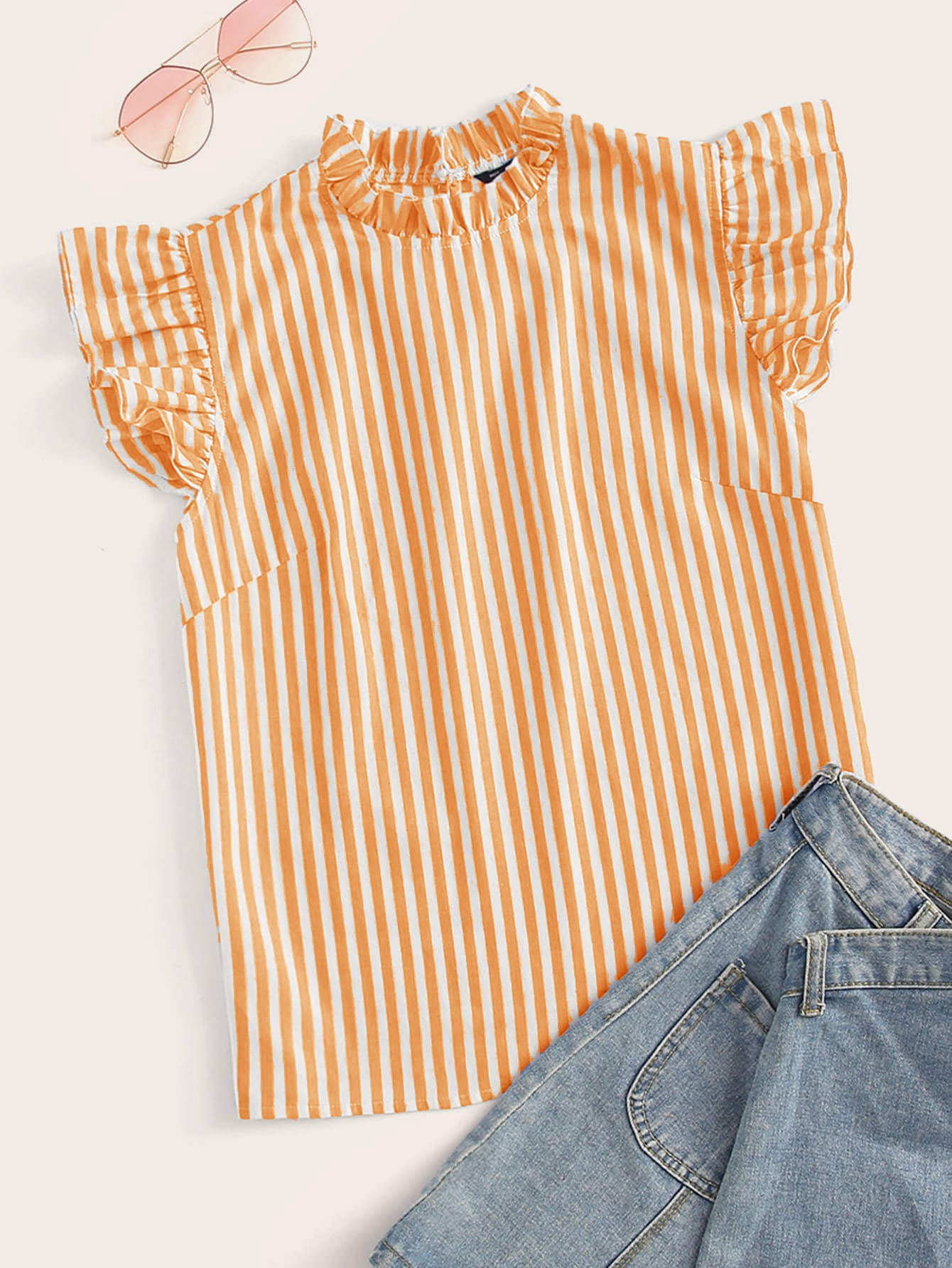 Фото - Полосатый топ с оборкой и воротником-стойка и проймой от SheIn оранжевого цвета