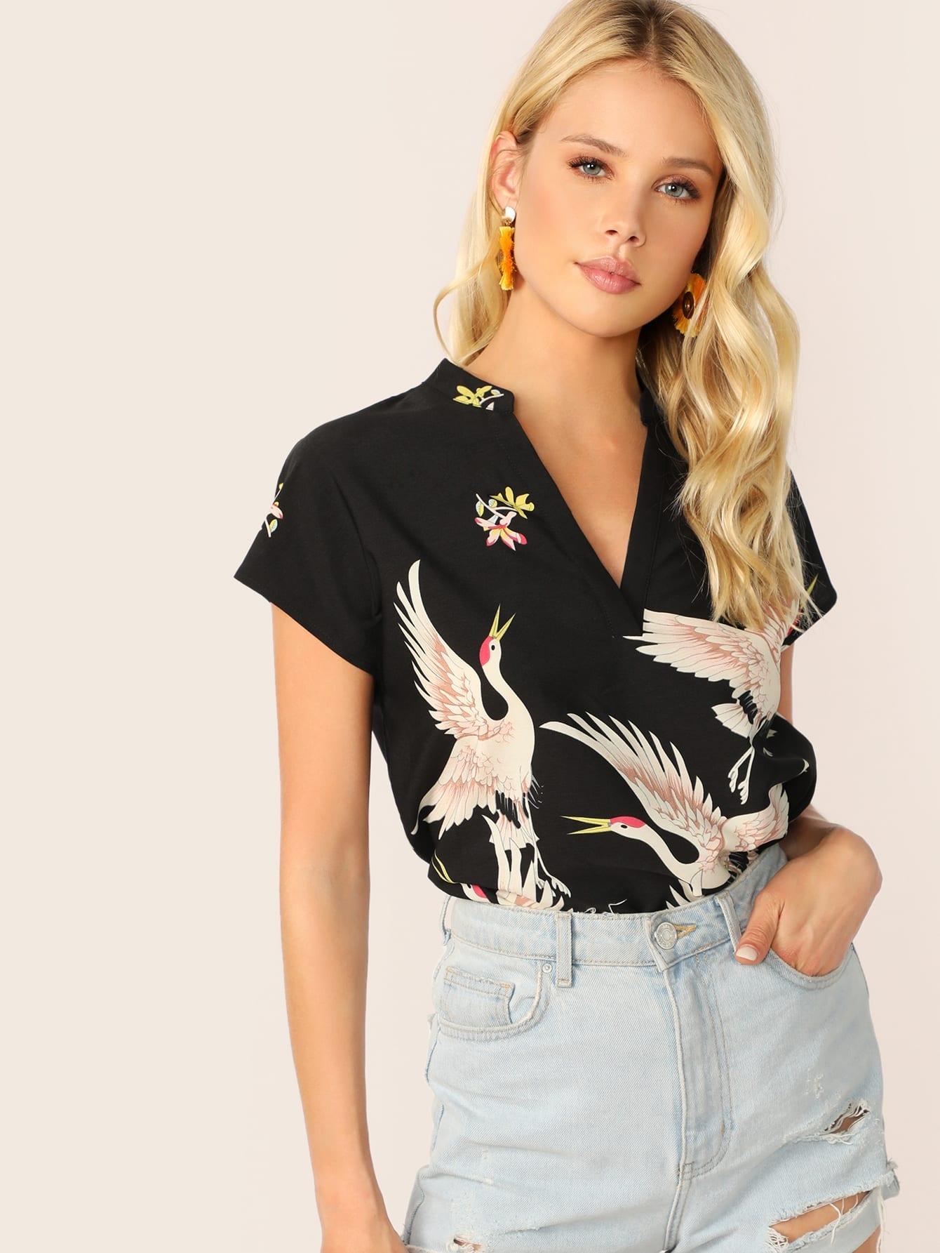 Фото - Асимметричная блузка с V-образным вырезом и принтом фламинга от SheIn черного цвета