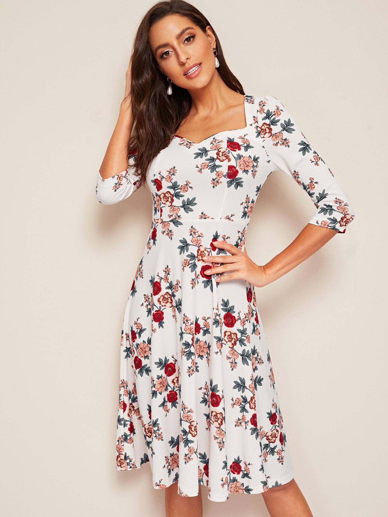 Приталенное расклешенное цветочное платье с милым воротником