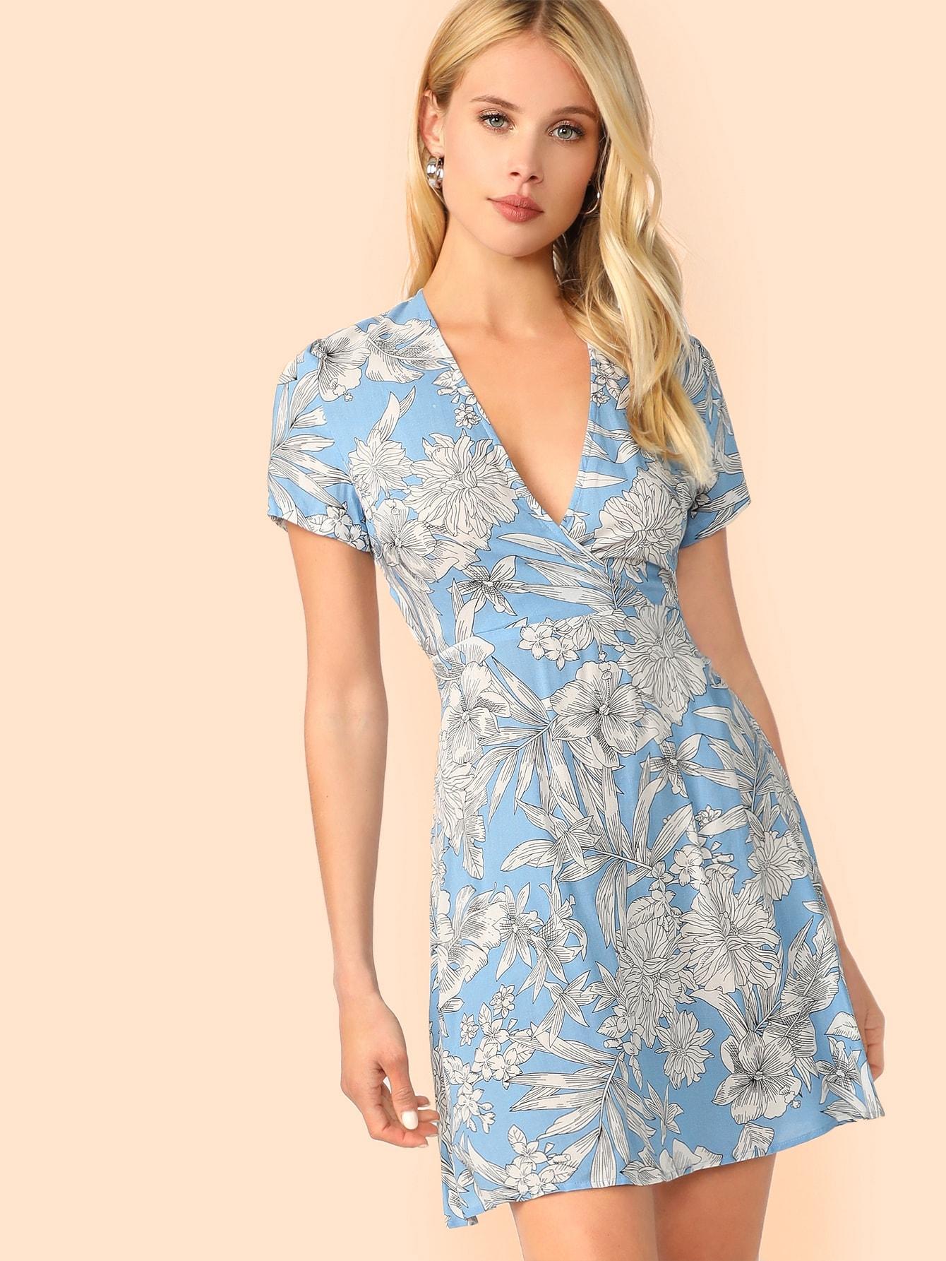Фото - Цветочное платье с глубоким вырезом и открытой спинкой от SheIn цвет синие