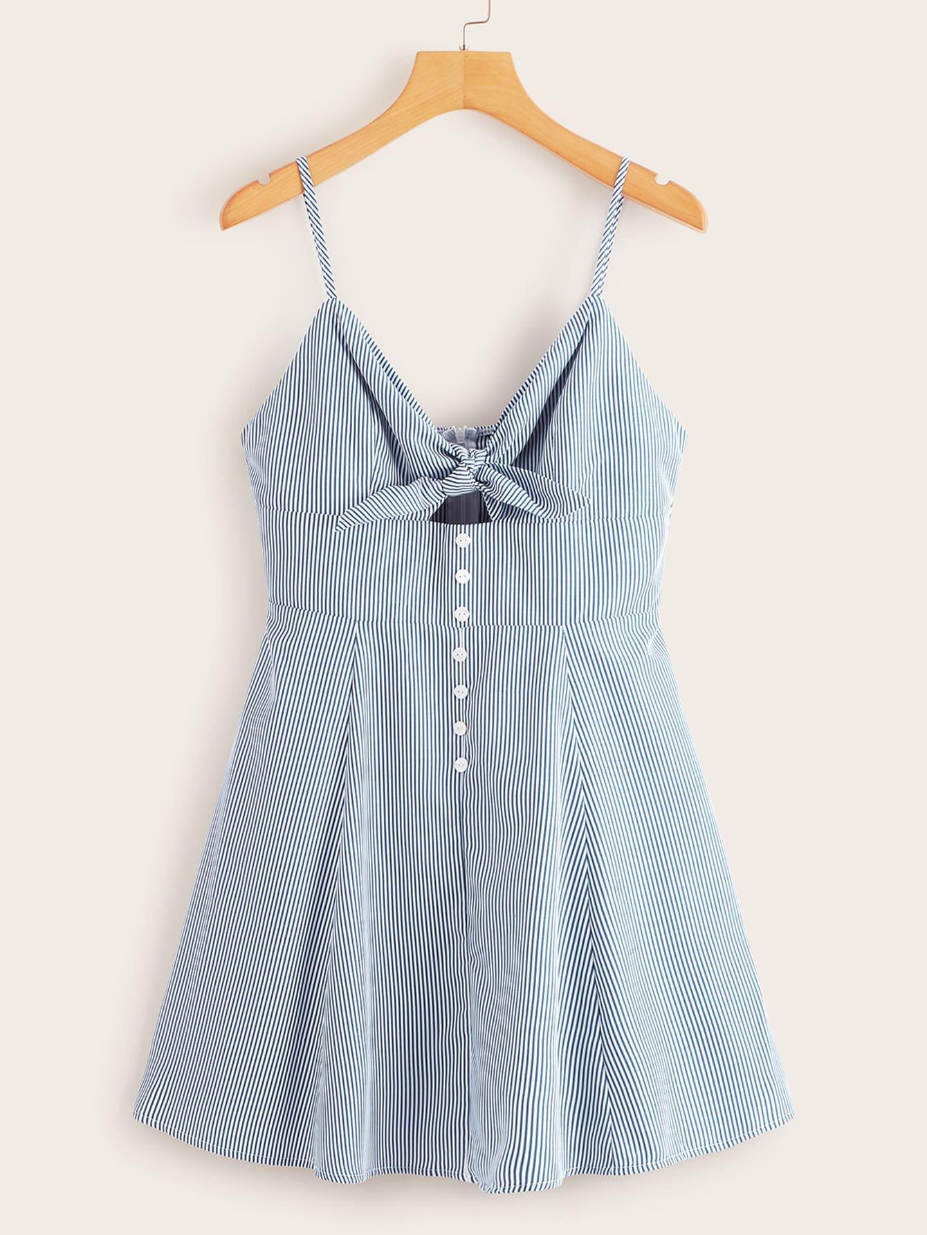 Фото - Полосатое платье на бретелях с пуговицами и узлом от SheIn цвет синие