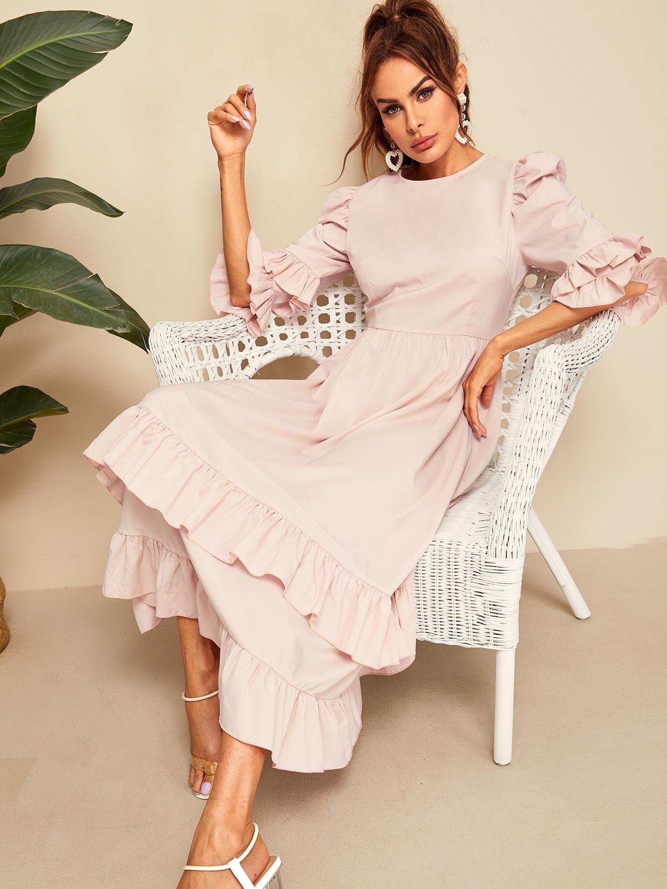 Фото - Приталенное расклешенное платье с оборкой и оригинальным рукавом от SheIn цвет розовые