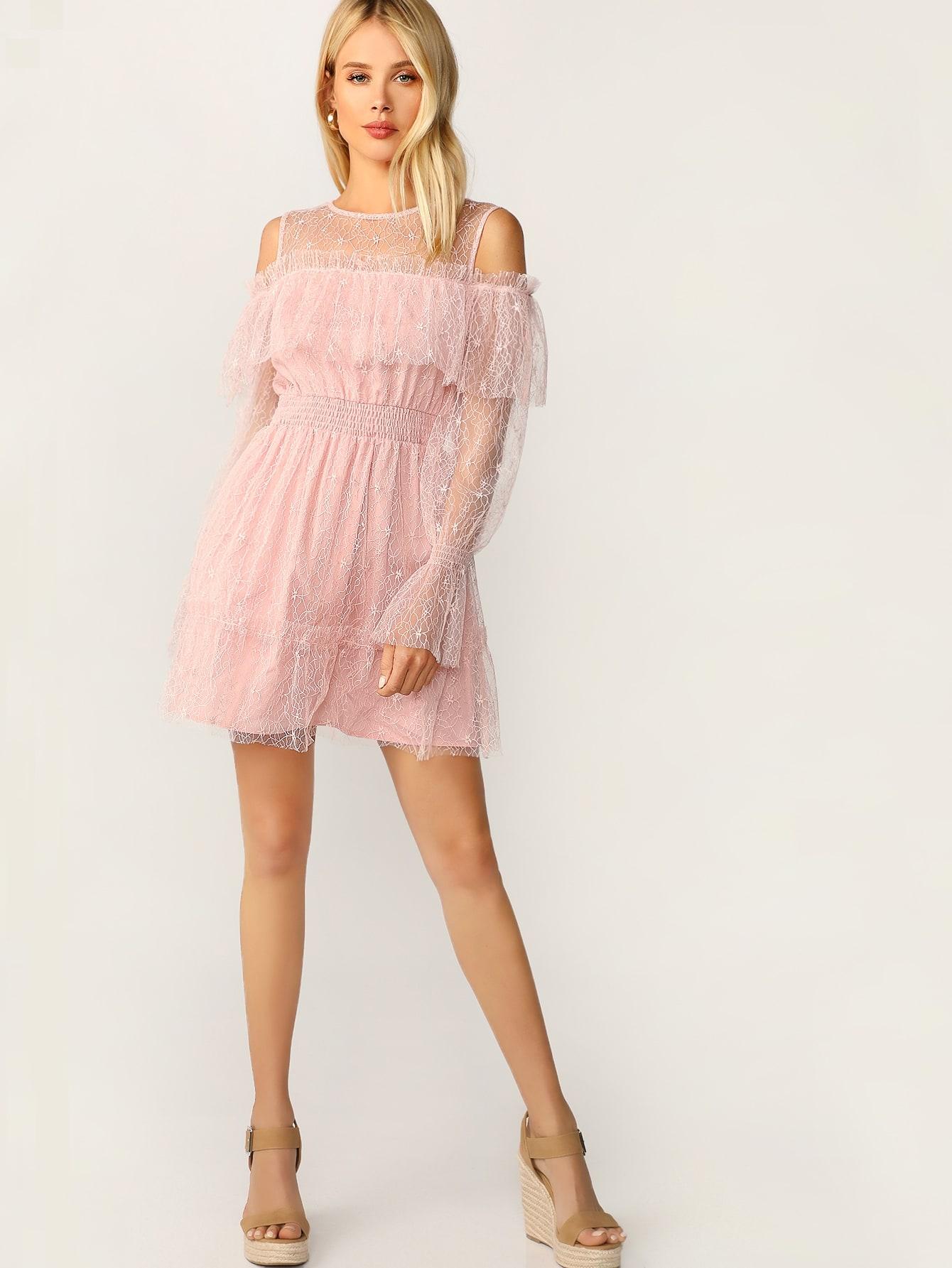 Фото - Кружевное платье с открытыми плечами и оригинальным рукавом от SheIn цвет розовые