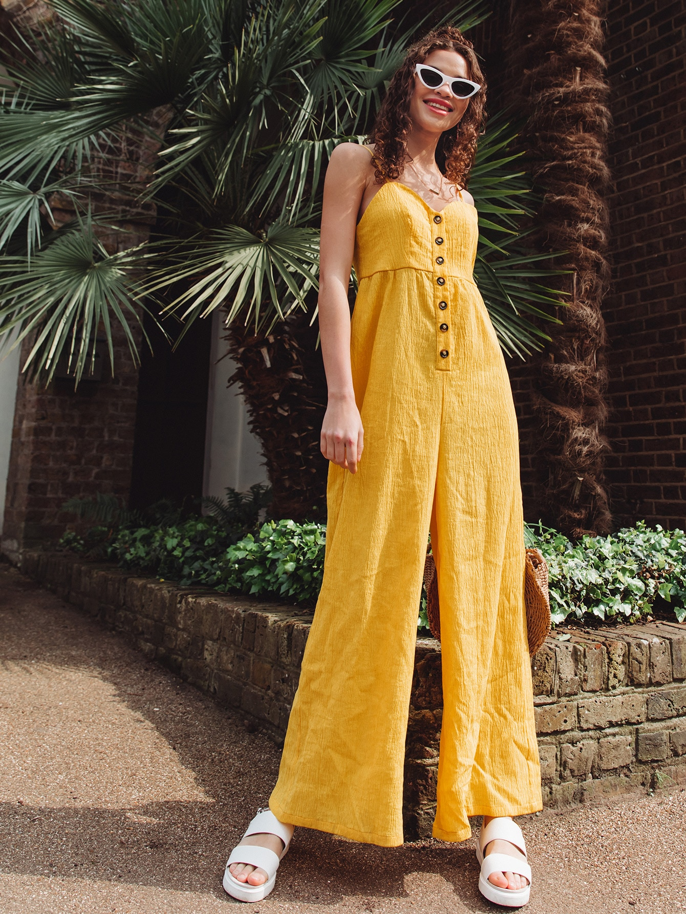Фото - Широкий комбинезон на бретелях с пуговицами от SheIn желтого цвета