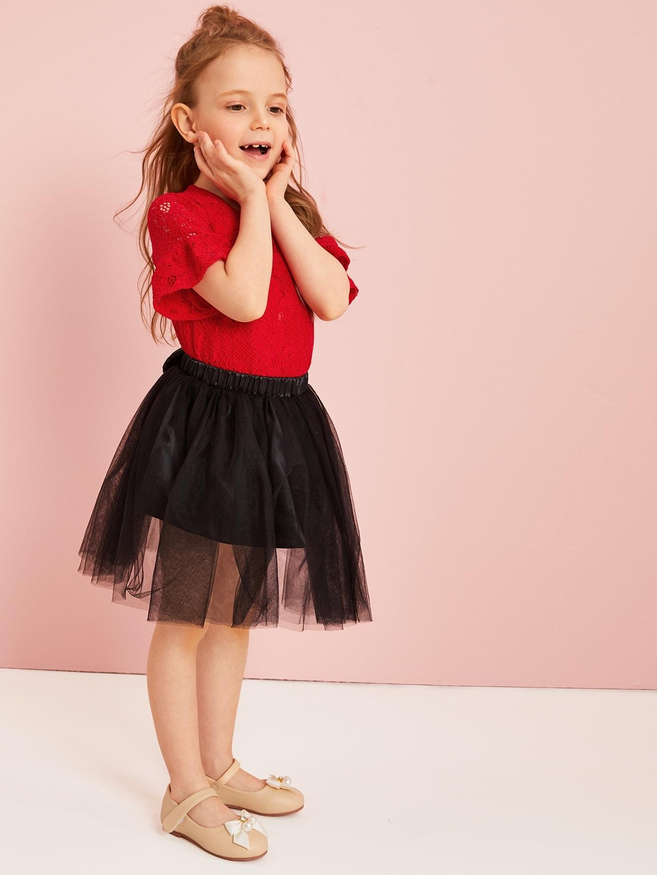 Фото - Кружевный топ и сетчатая юбка с бантом для маленьких девочек от SheIn цвет многоцветный