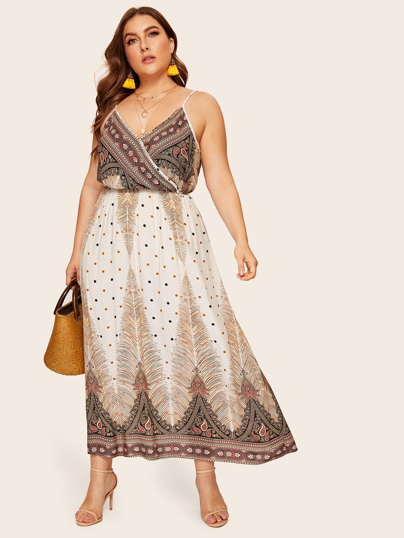 Платье на бретелях с модным принтом размера плюс
