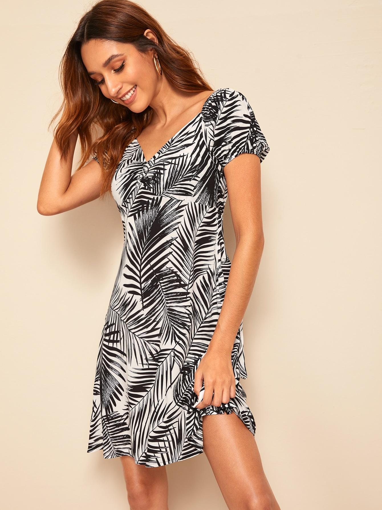 Фото - Платье с тропическим принтом и вырезом-сердечко от SheIn цвет чёрнобелые