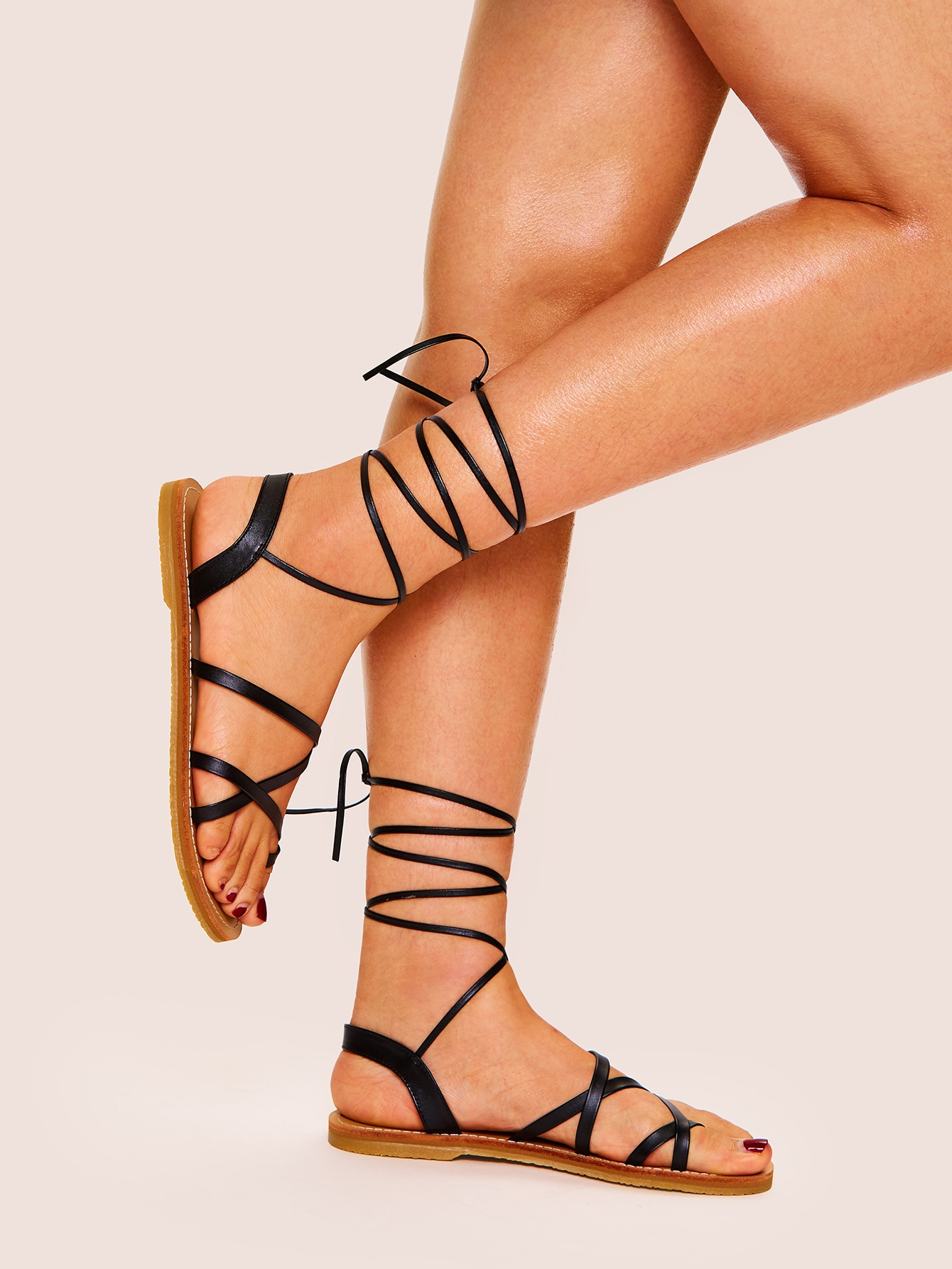 Фото - Сандалии на шнуровке с ременём от SheIn черного цвета