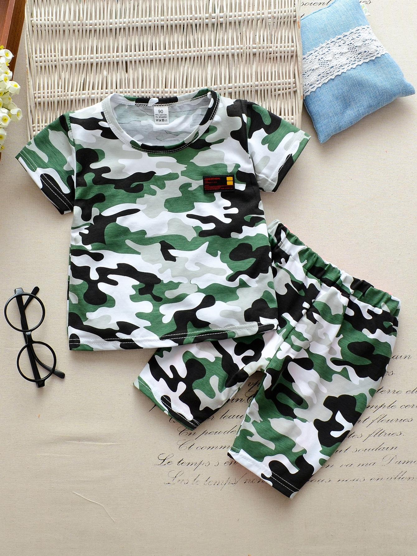 Фото - Камуфляжная футболка с текстовым принтом и шорты для мальчиков от SheIn цвет многоцветный
