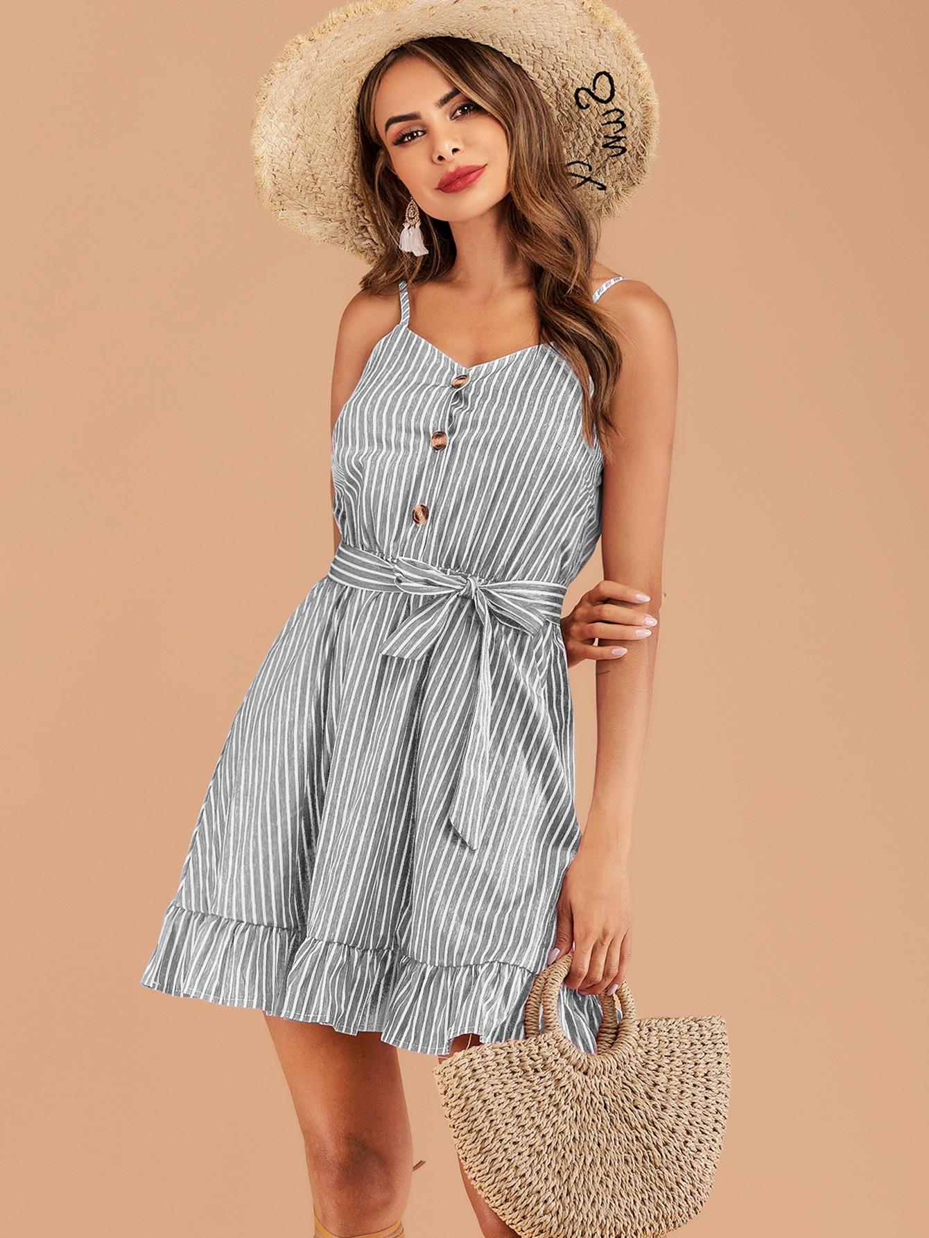 Фото - Полосатое платье на бретелях с пуговицами и поясом от SheIn цвет серые