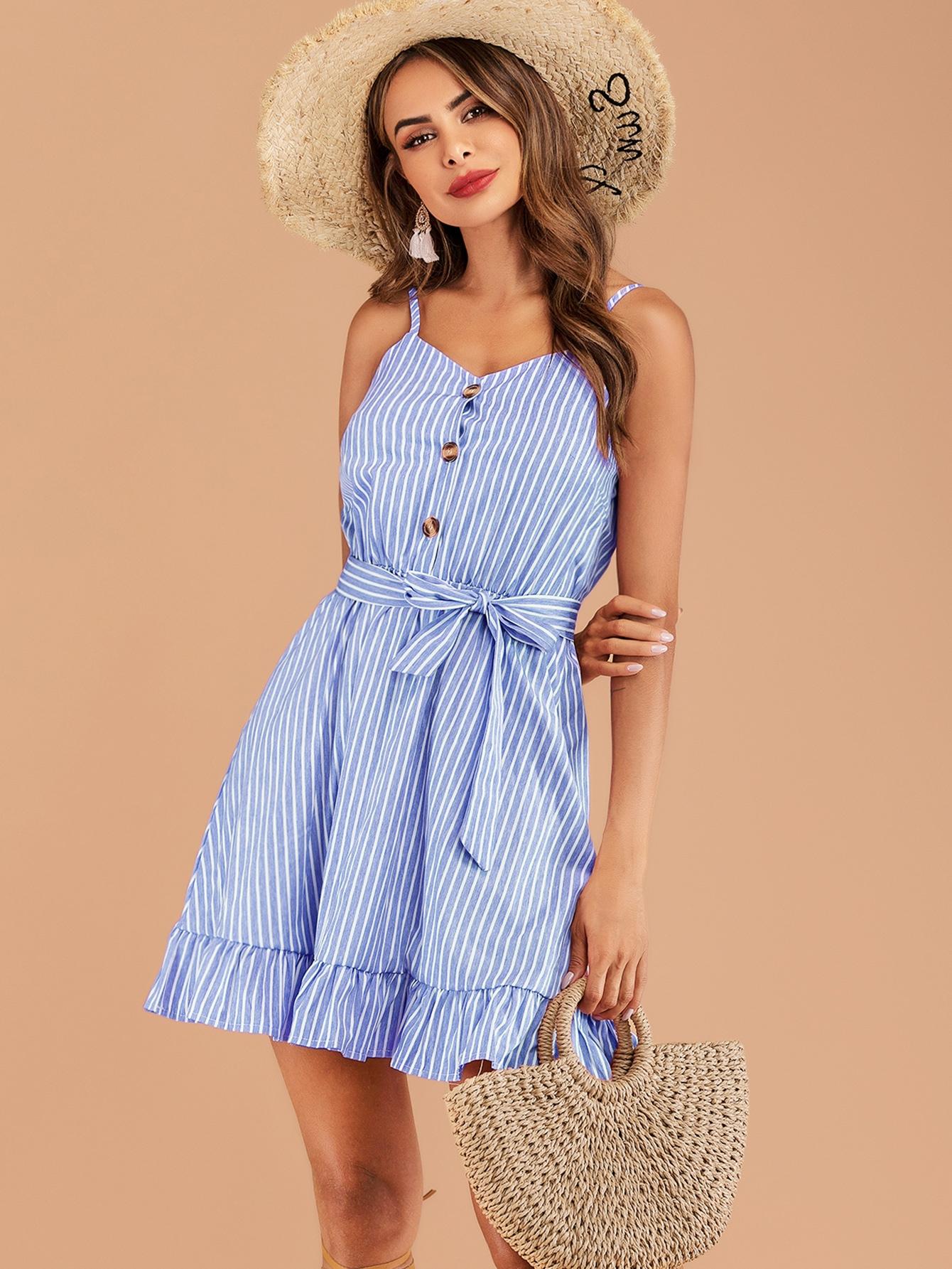 Фото - Полосатое платье на бретелях с пуговицами и поясом от SheIn цвет синие