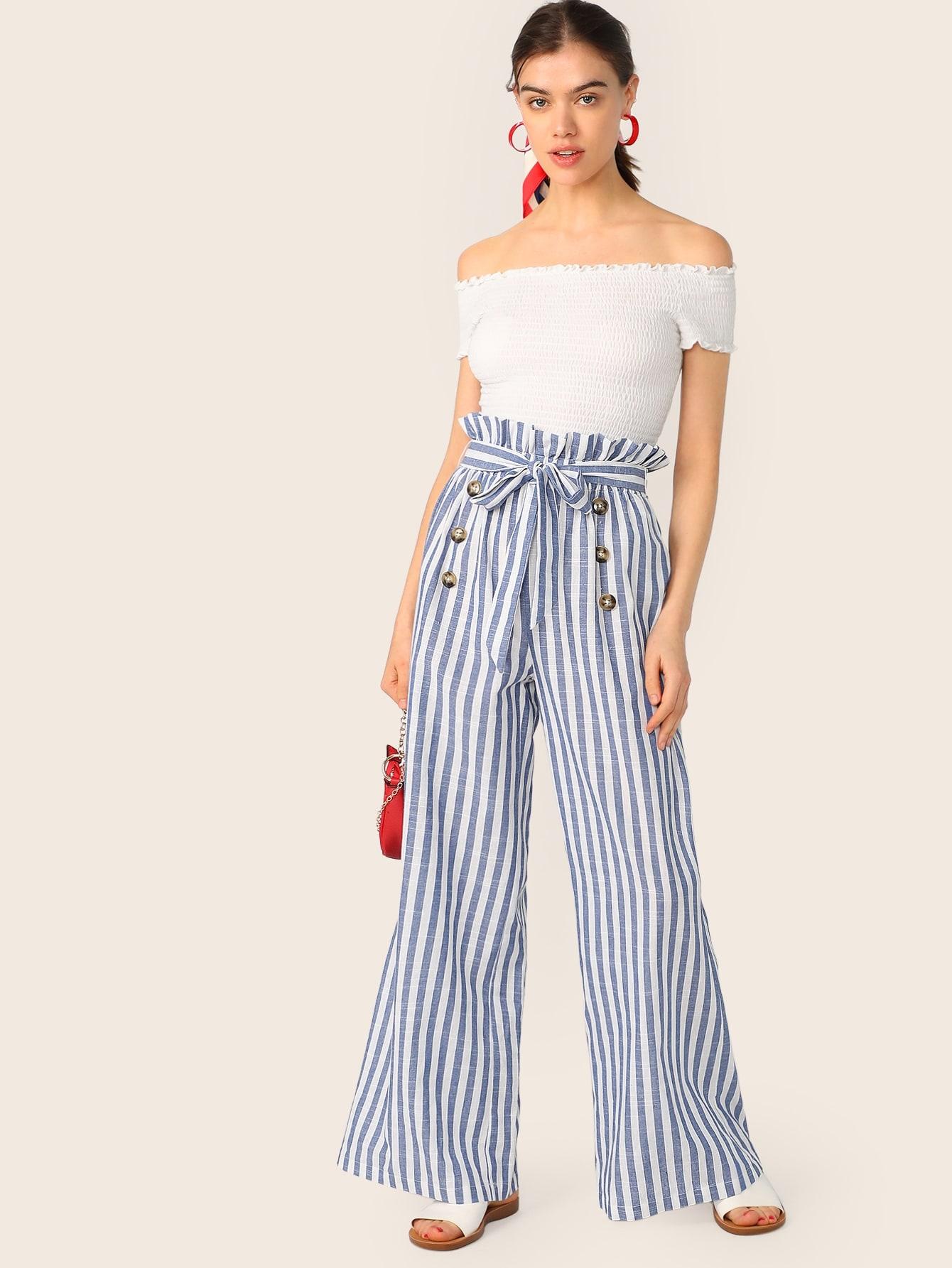 Фото - Полосатые брюки с поясом и пуговицами от SheIn белого цвета