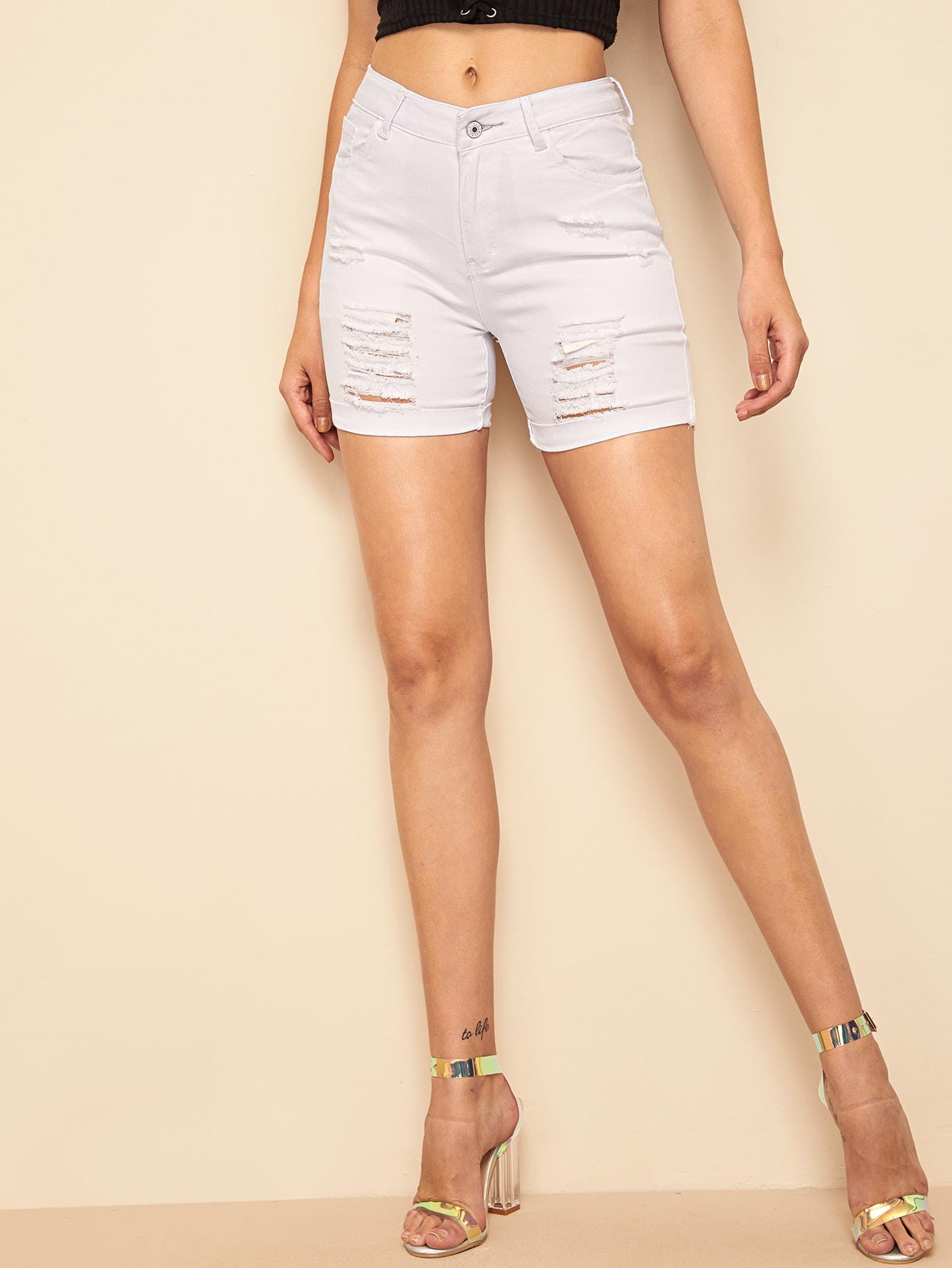 Фото - Рваные джинсовые шорты от SheIn белого цвета