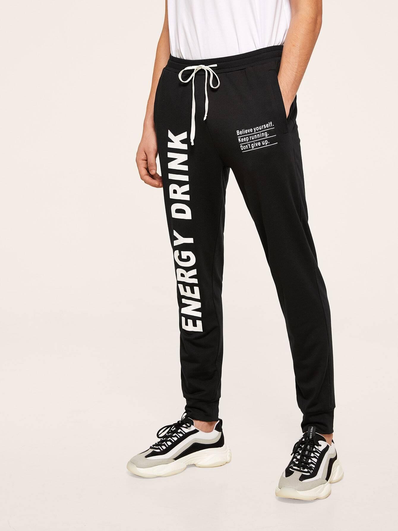 Фото - Мужские спортивные брюки с текстовым принтом от SheIn черного цвета