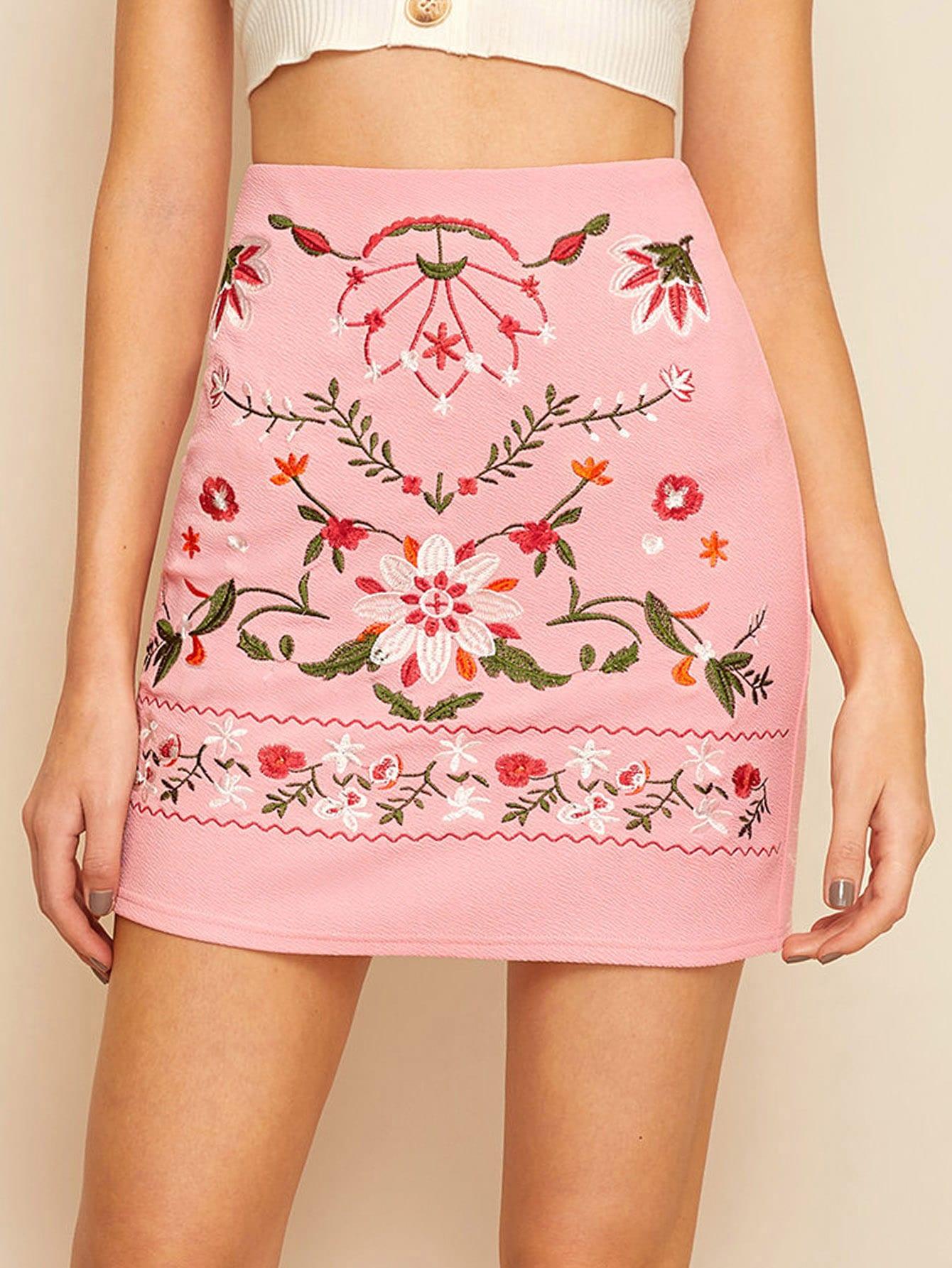 Фото - Юбку с цветочной вышивкой от SheIn розового цвета