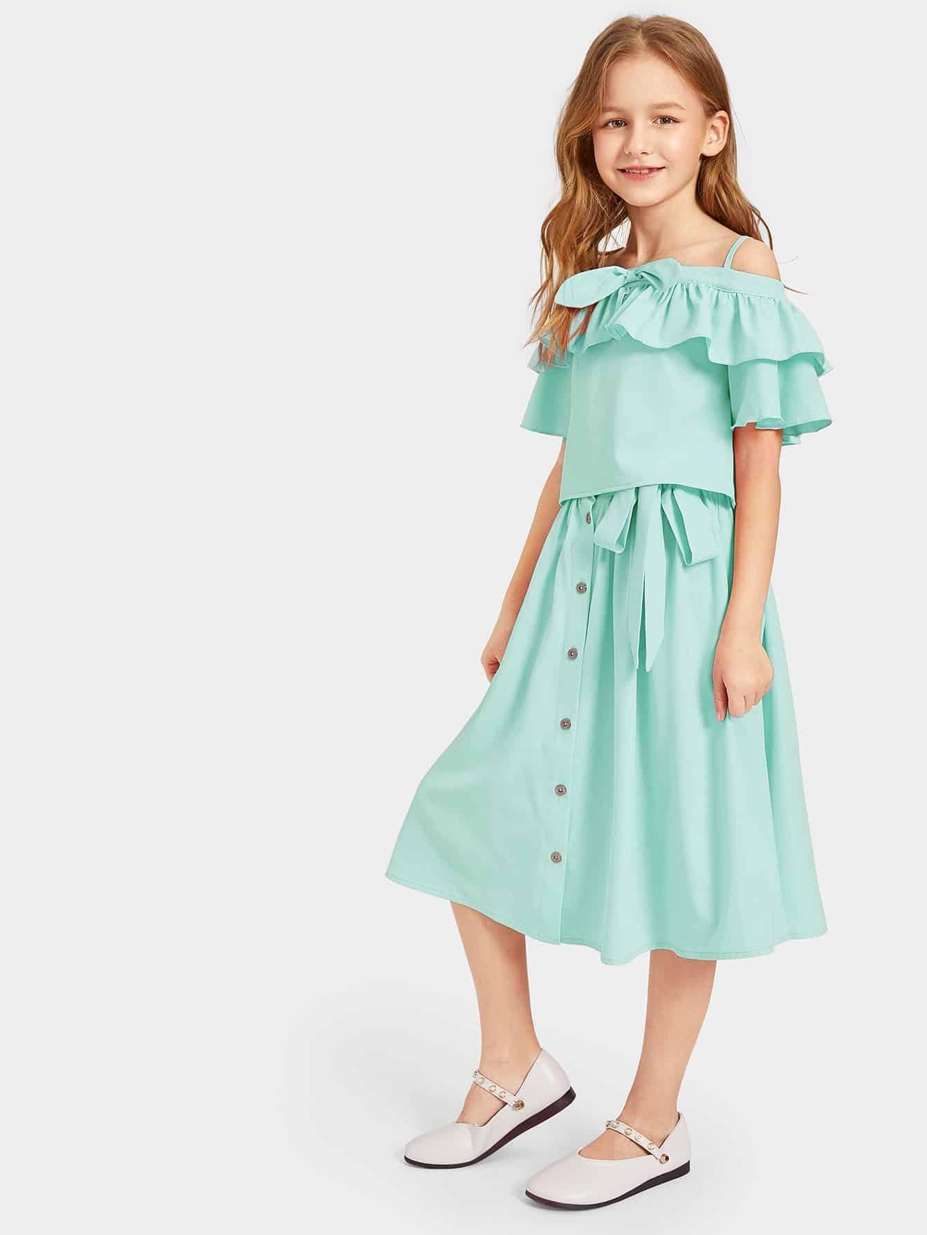 Фото - Майку с оборкой, юбка с поясом и пуговицами для девочек от SheIn зеленого цвета