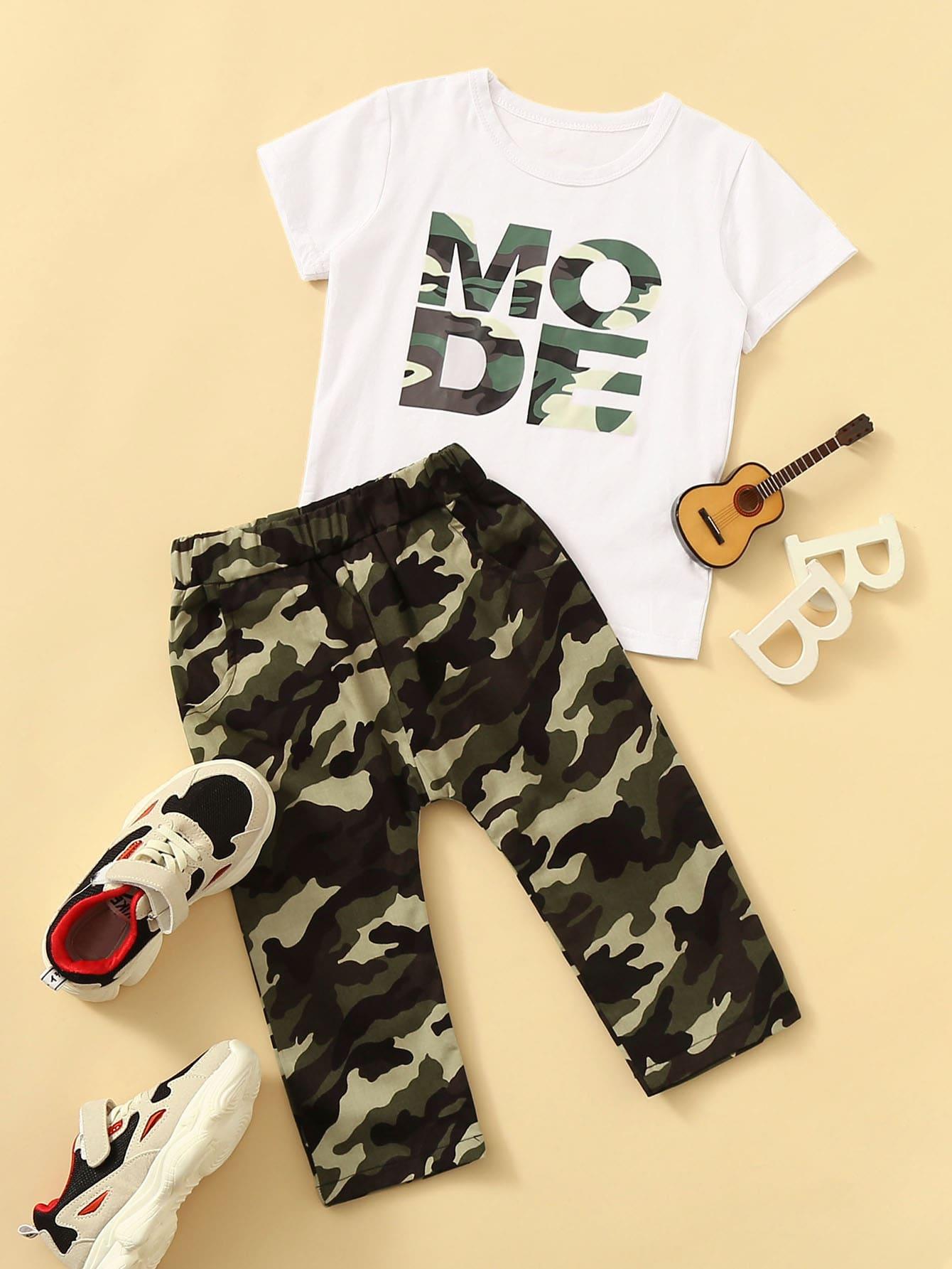 Фото - Футболку с текстовым принтом и камуфляжные брюки для мальчиков от SheIn цвет многоцветный