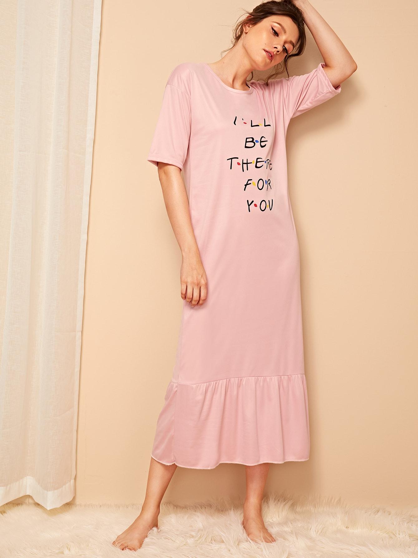 Фото - Ночная рубашка с оборкой и текстовым принтом от SheIn цвет розовые