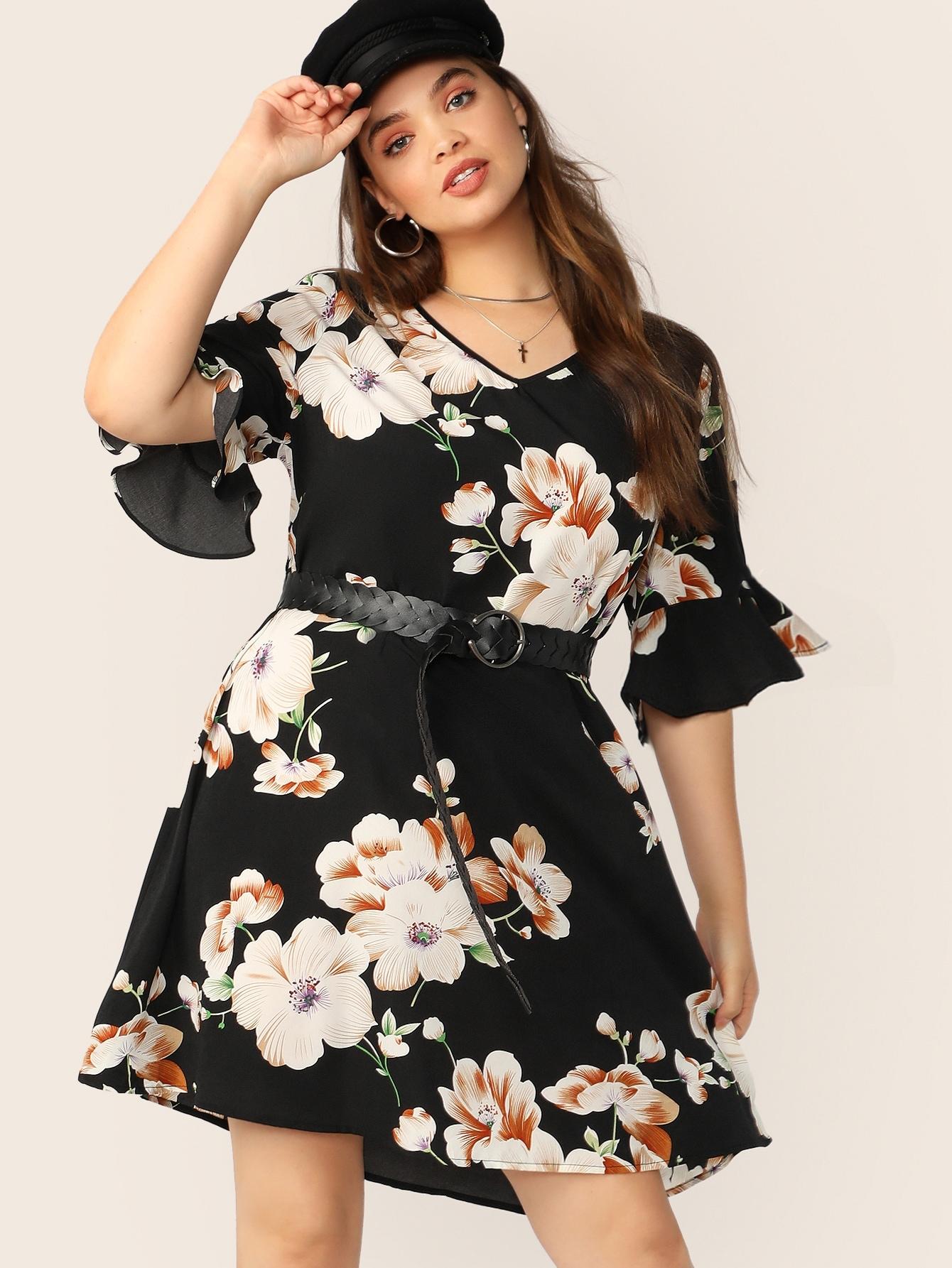 Платье размера плюс с цветочным принтом, V-образным вырезом и оборкой без пояса