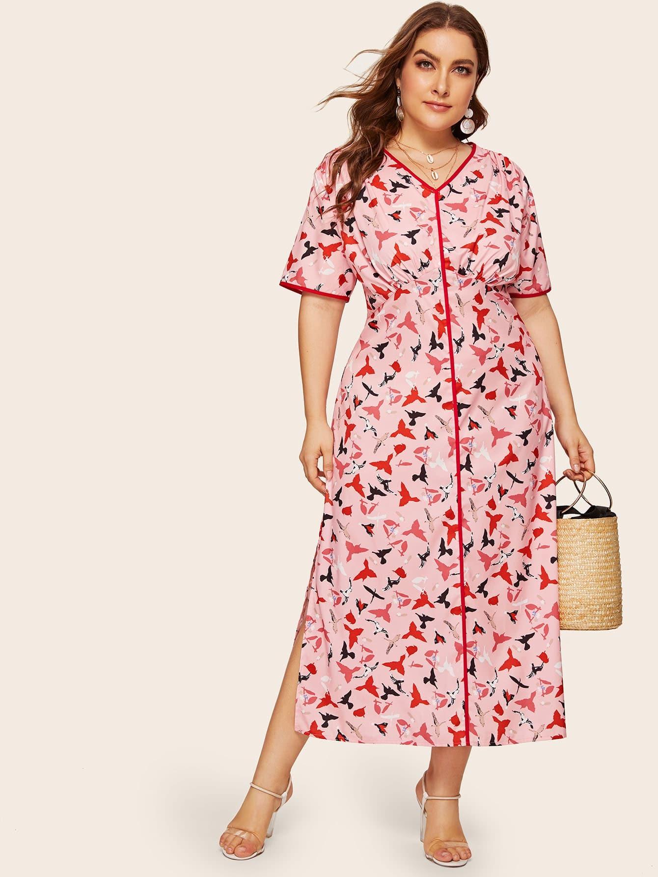 Платье с контрастной отделкой, графическим принтом и разрезом размера плюс