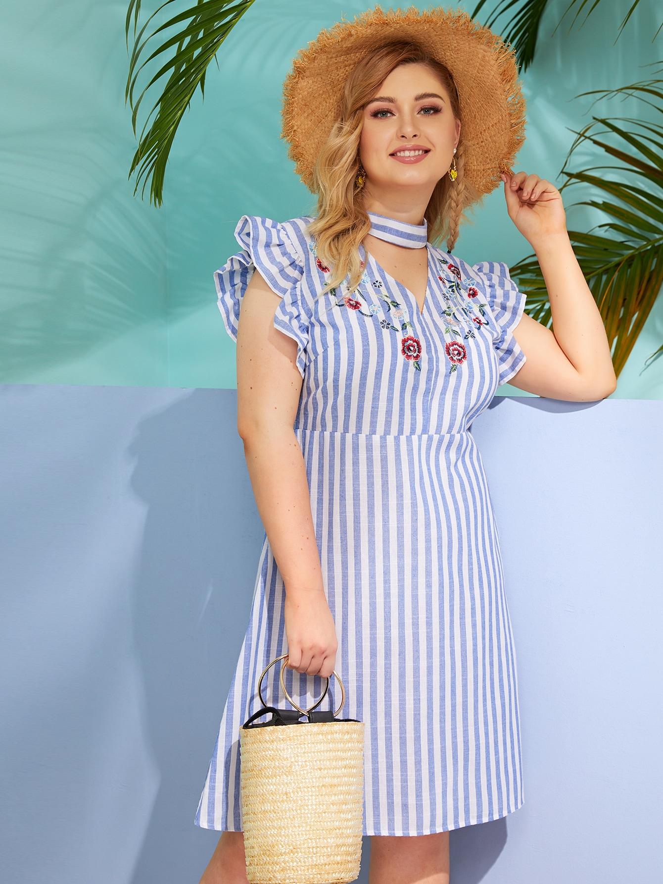 Полосатое платье с воротником-чокером и оборками размера плюс