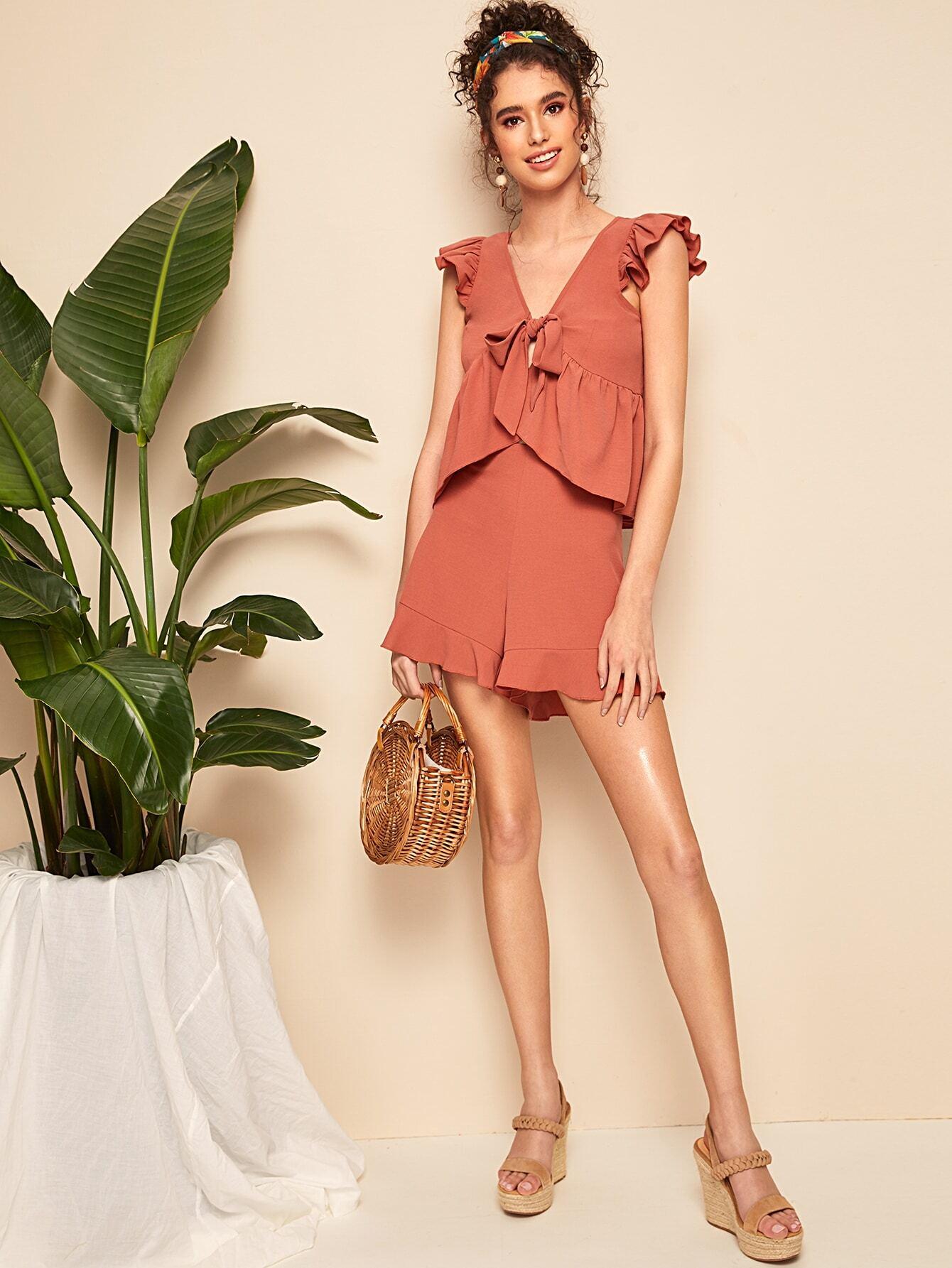Фото - Топ с оборками и узлом и шорты от SheIn красного цвета
