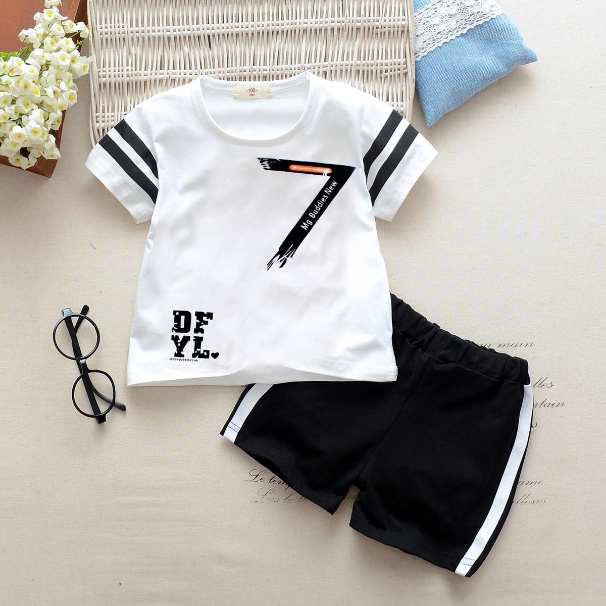 Полосатая футболка с текстовой лентой сбоку и шорты для мальчиков от SHEIN