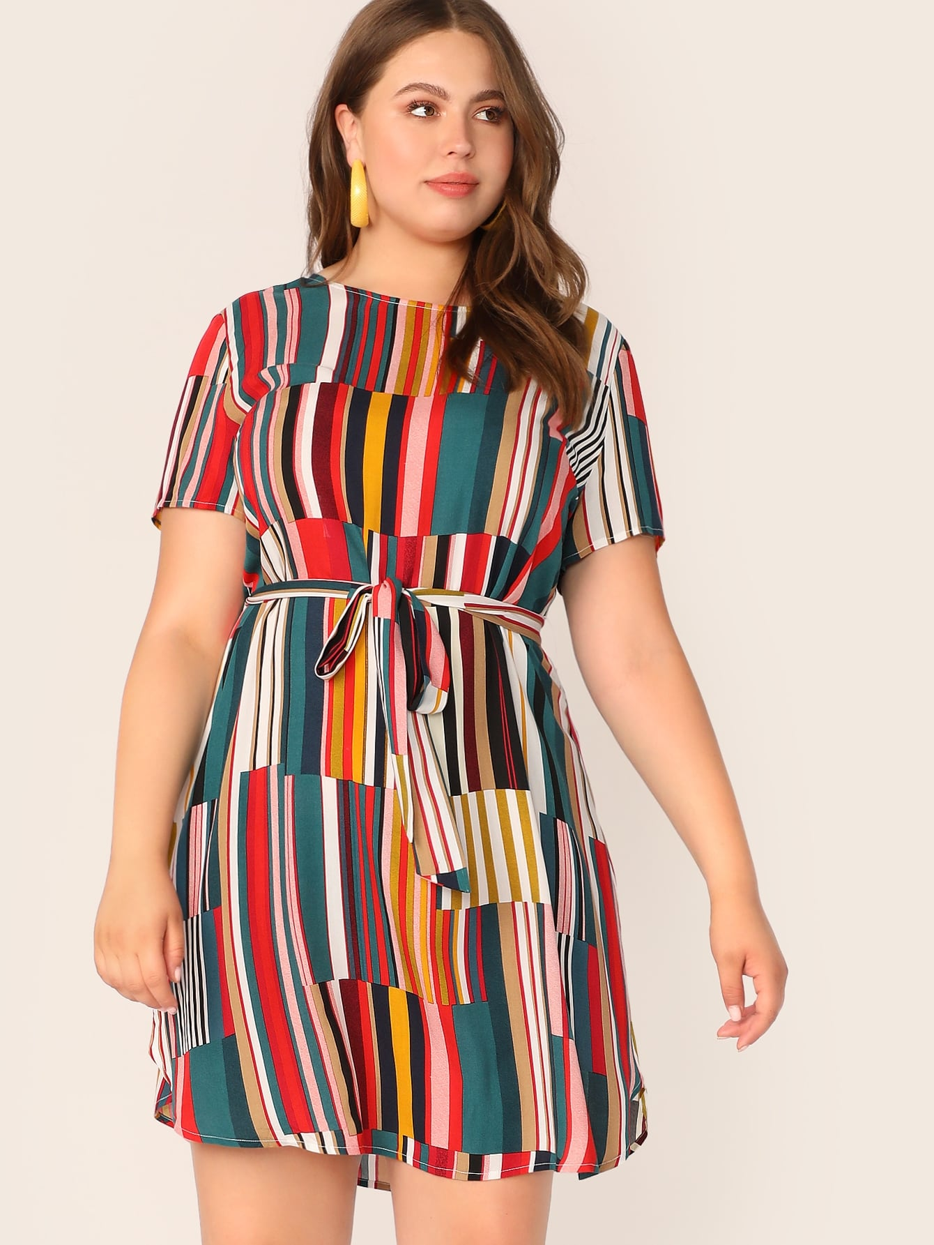 Контрастное платье с поясо и выгнутым подолом размера плюс