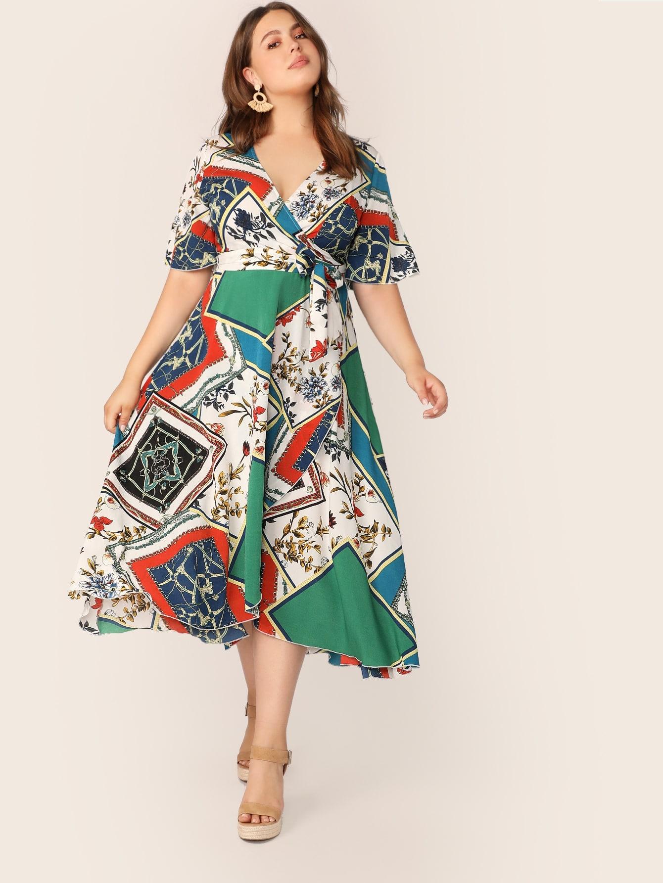 Фото - Платье на запах с поясом, оригинальным принтом и V-образным вырезом размера плюс от SheIn цвет многихцветные
