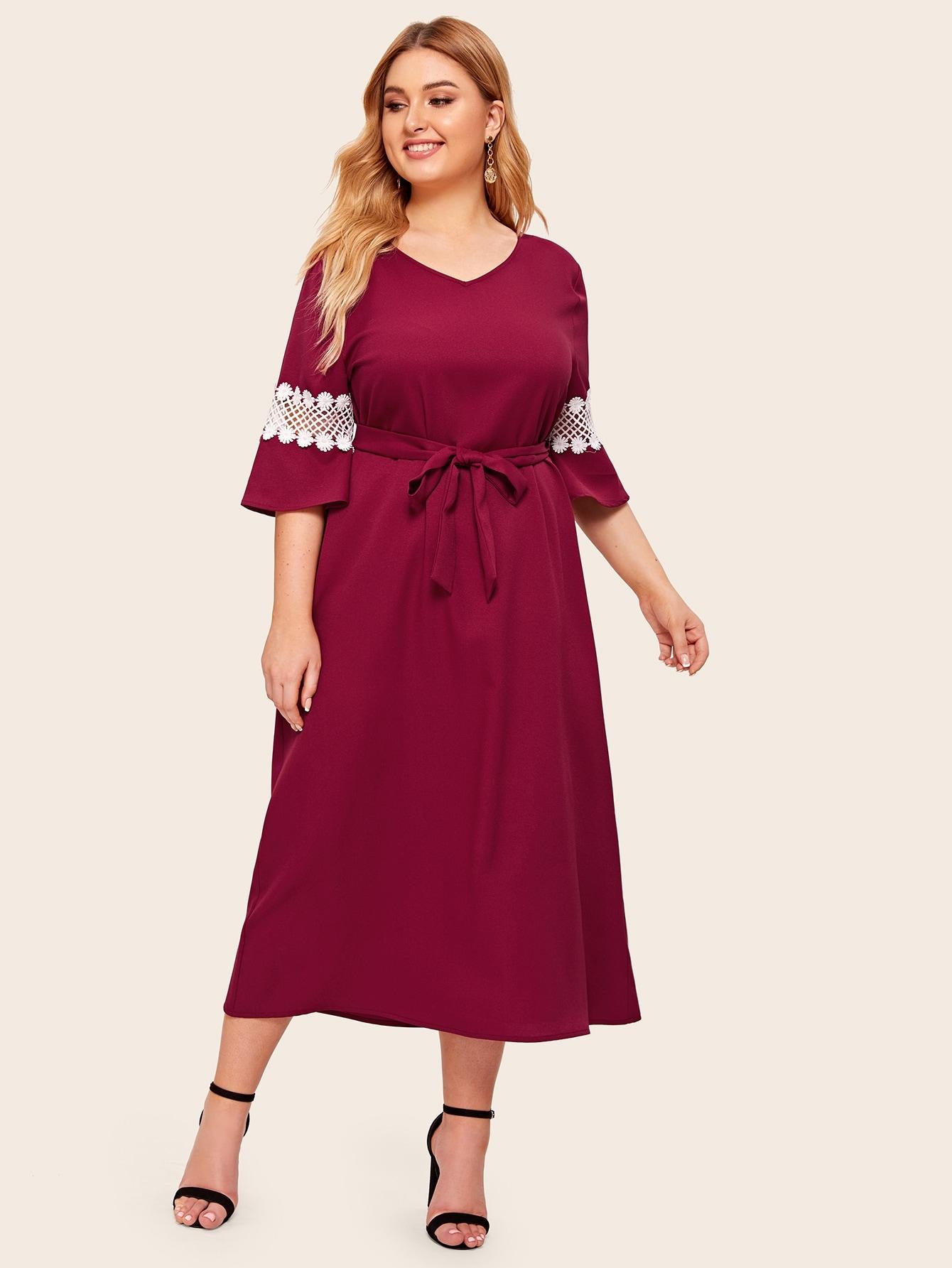 Фото - Платье с поясом, кружевной вставкой и V-образным вырезом размера плюс от SheIn бордового цвета