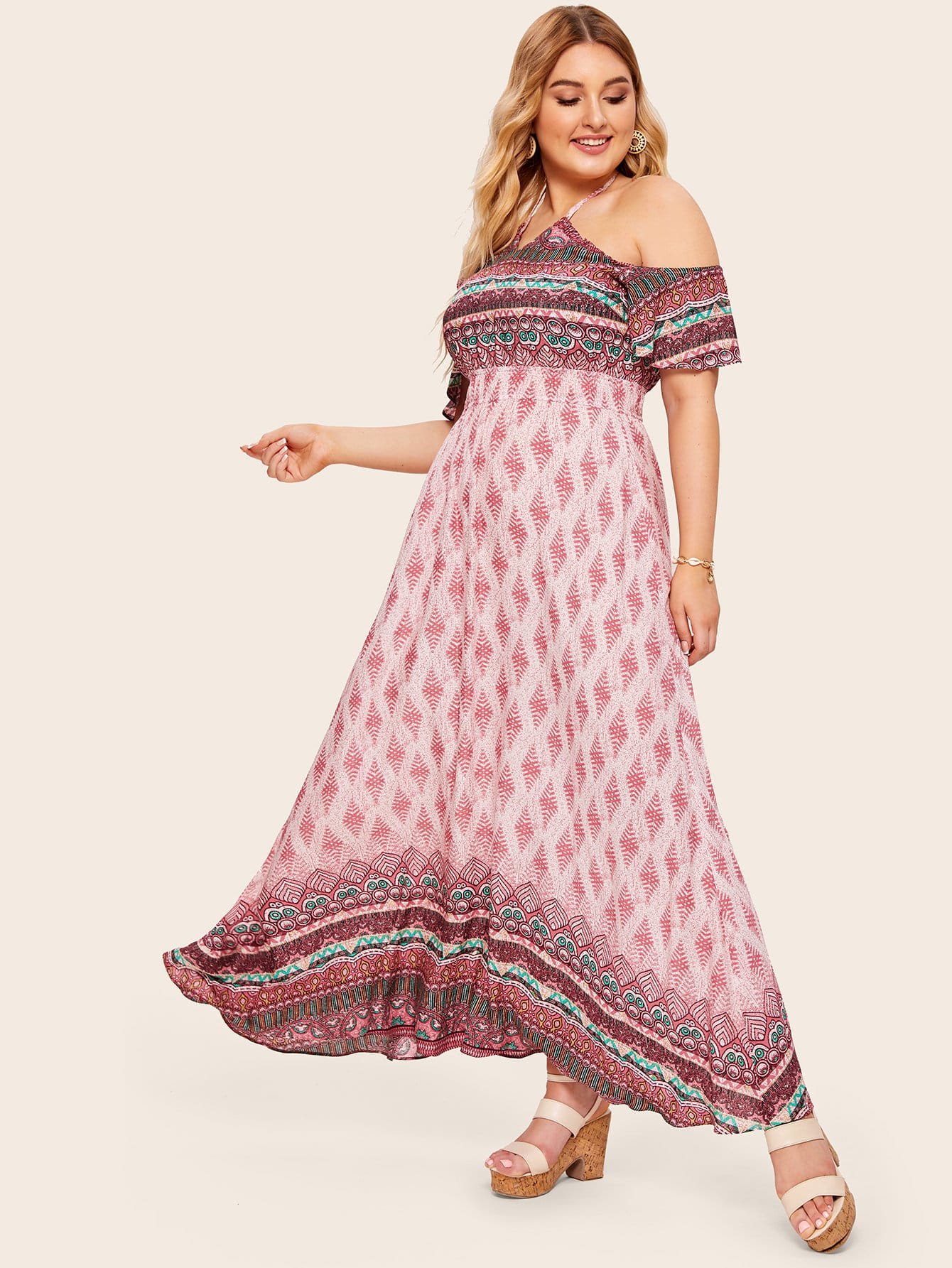 Длинное платье-халтер с племенным принтом размера плюс