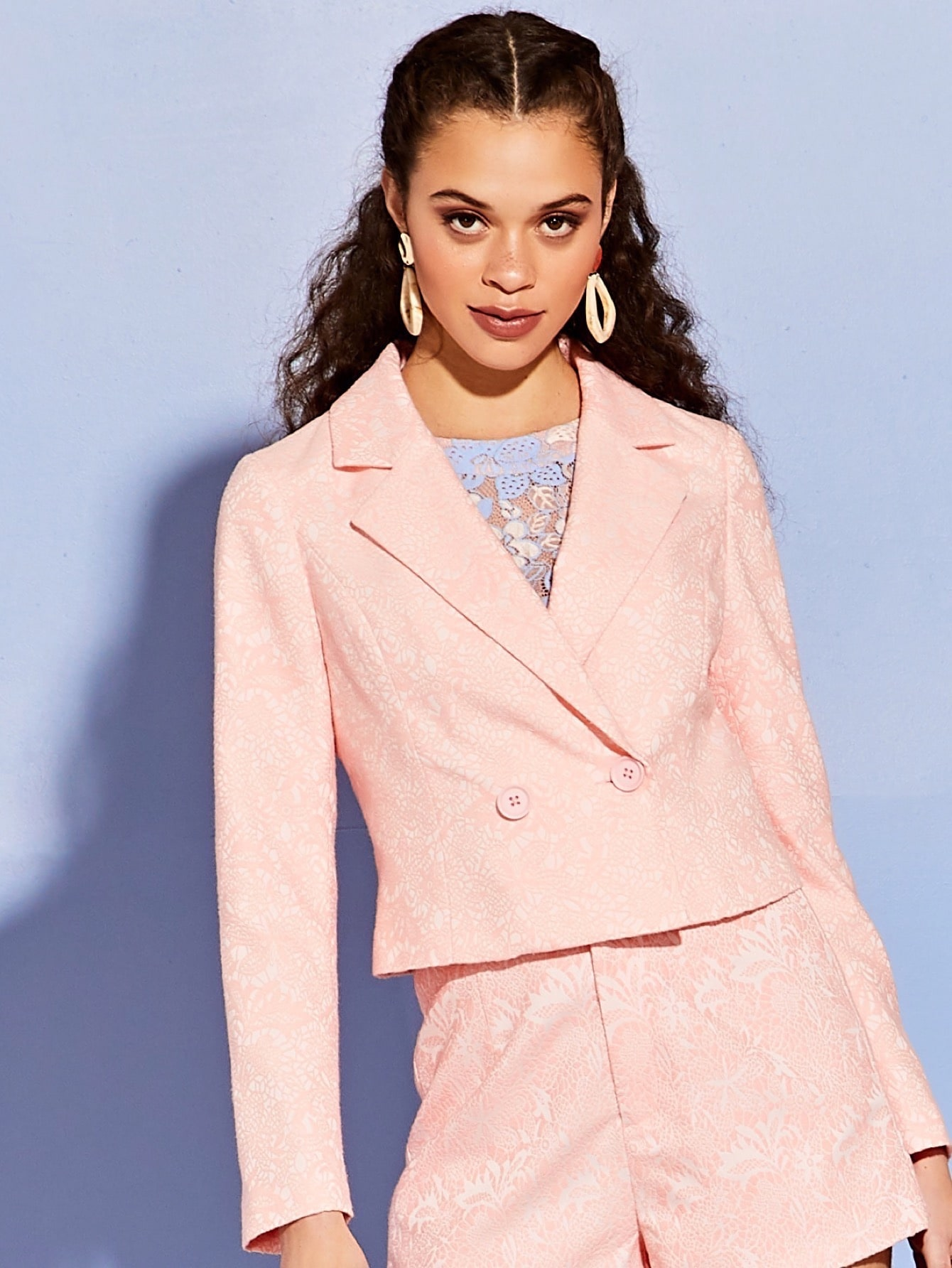 Фото - Кроп пиджак с цветочным принтом от SheIn розового цвета