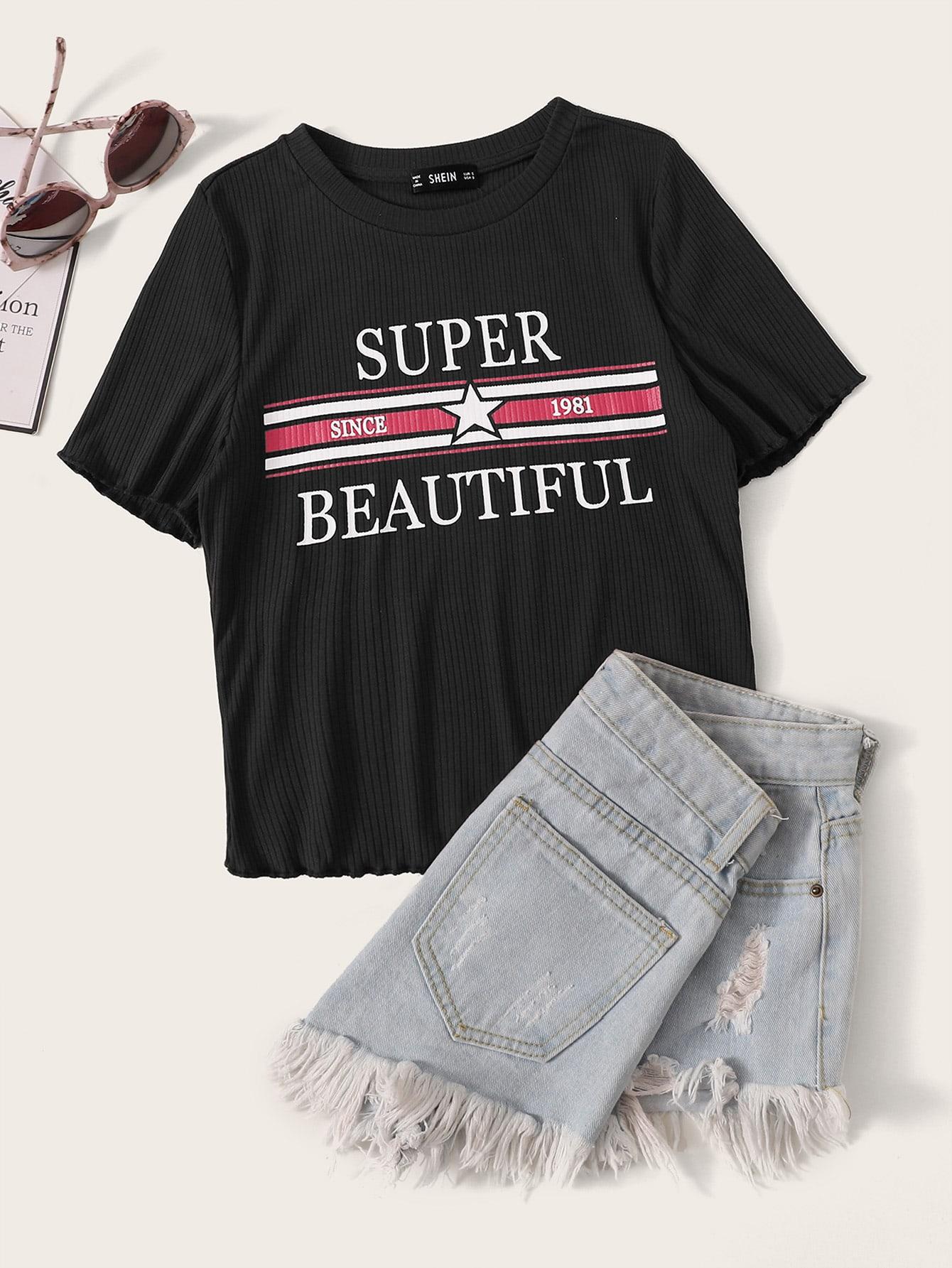 Фото - Вязаная ребристая футболка с текстовым принтом и оригинальной отделкой от SheIn черного цвета