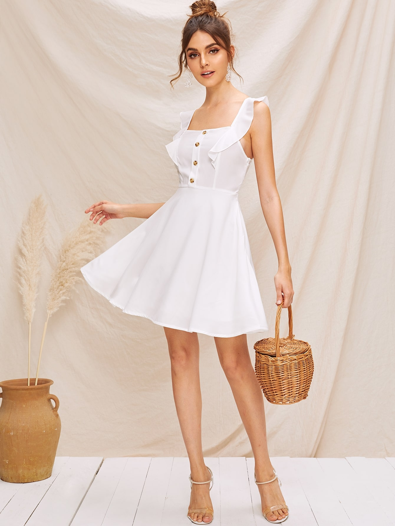 Фото - Расклешенное платье с пуговицами и оборками от SheIn цвет белые