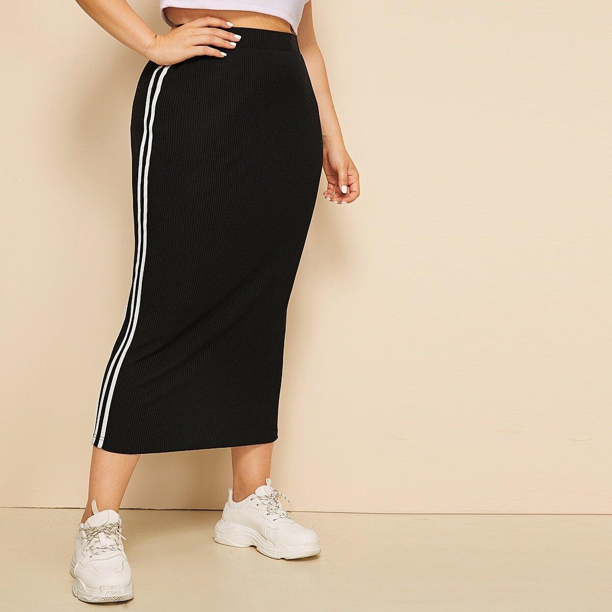 Ребристая юбка-карандаш с полосатой лентой сбоку размера плюс
