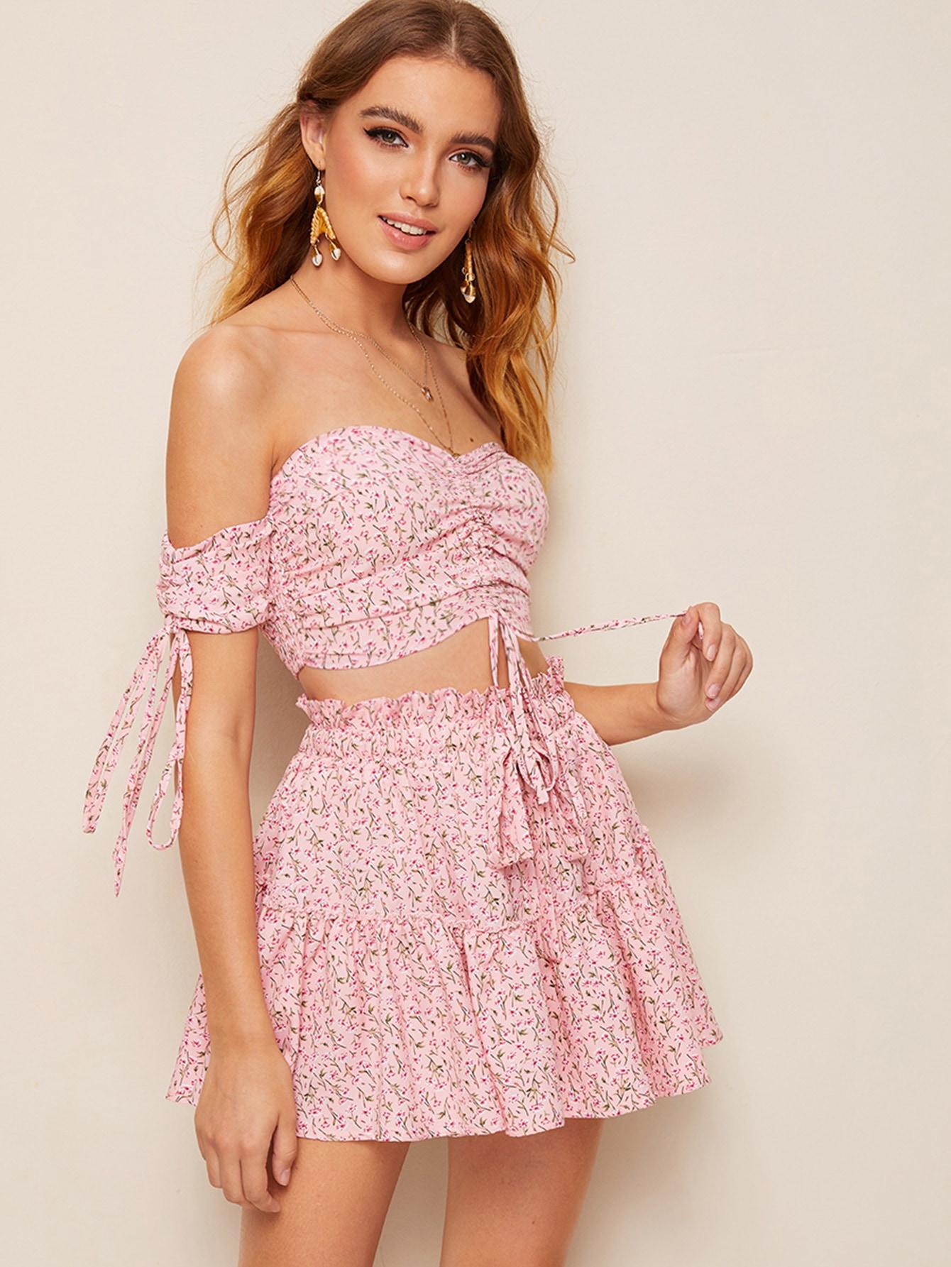 Фото - Топ с цветочным принтом и юбка с оборкой от SheIn розового цвета