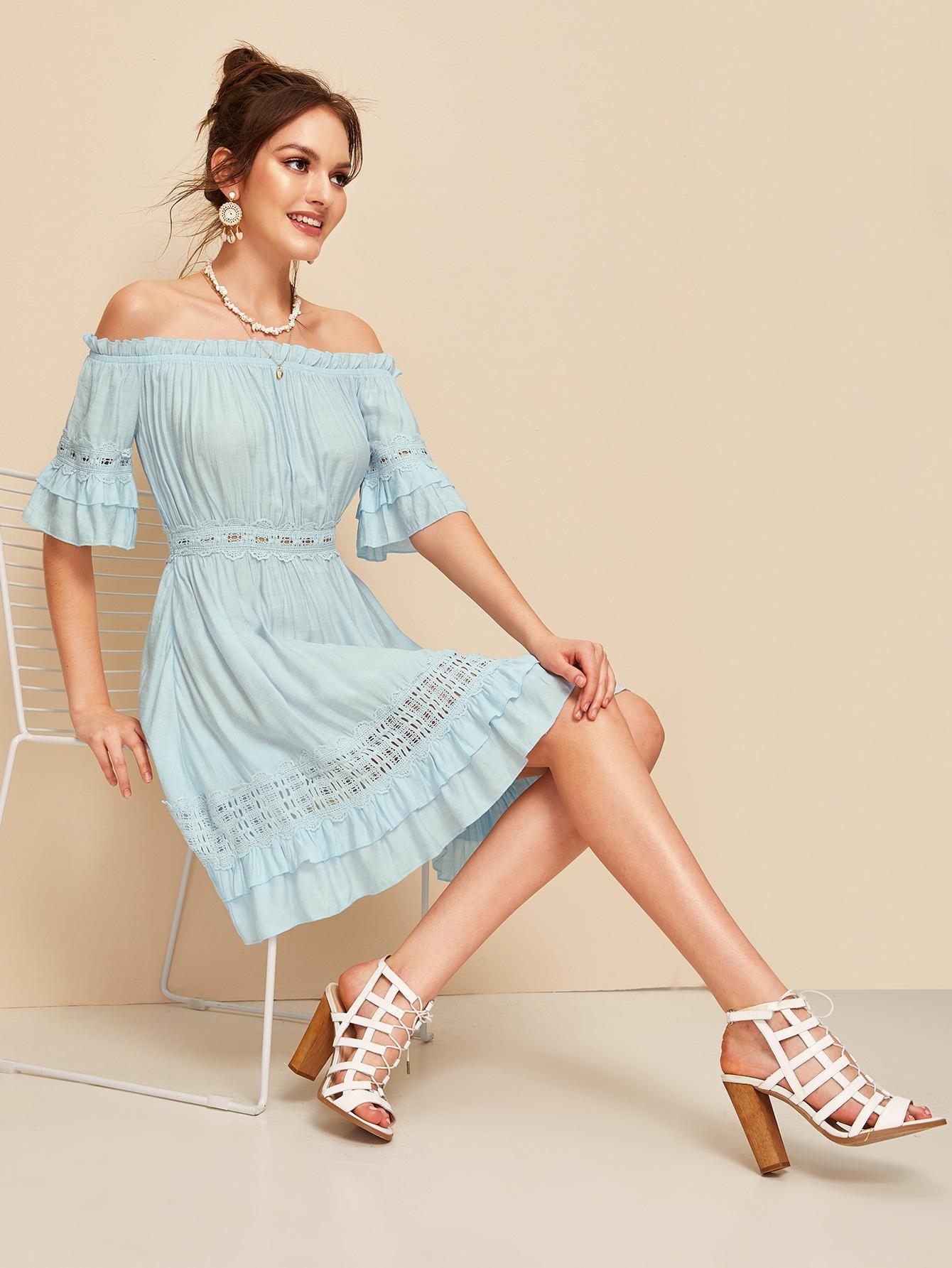 Фото - Платье с открытыми плечами и кружевной вставкой от SheIn цвет синие