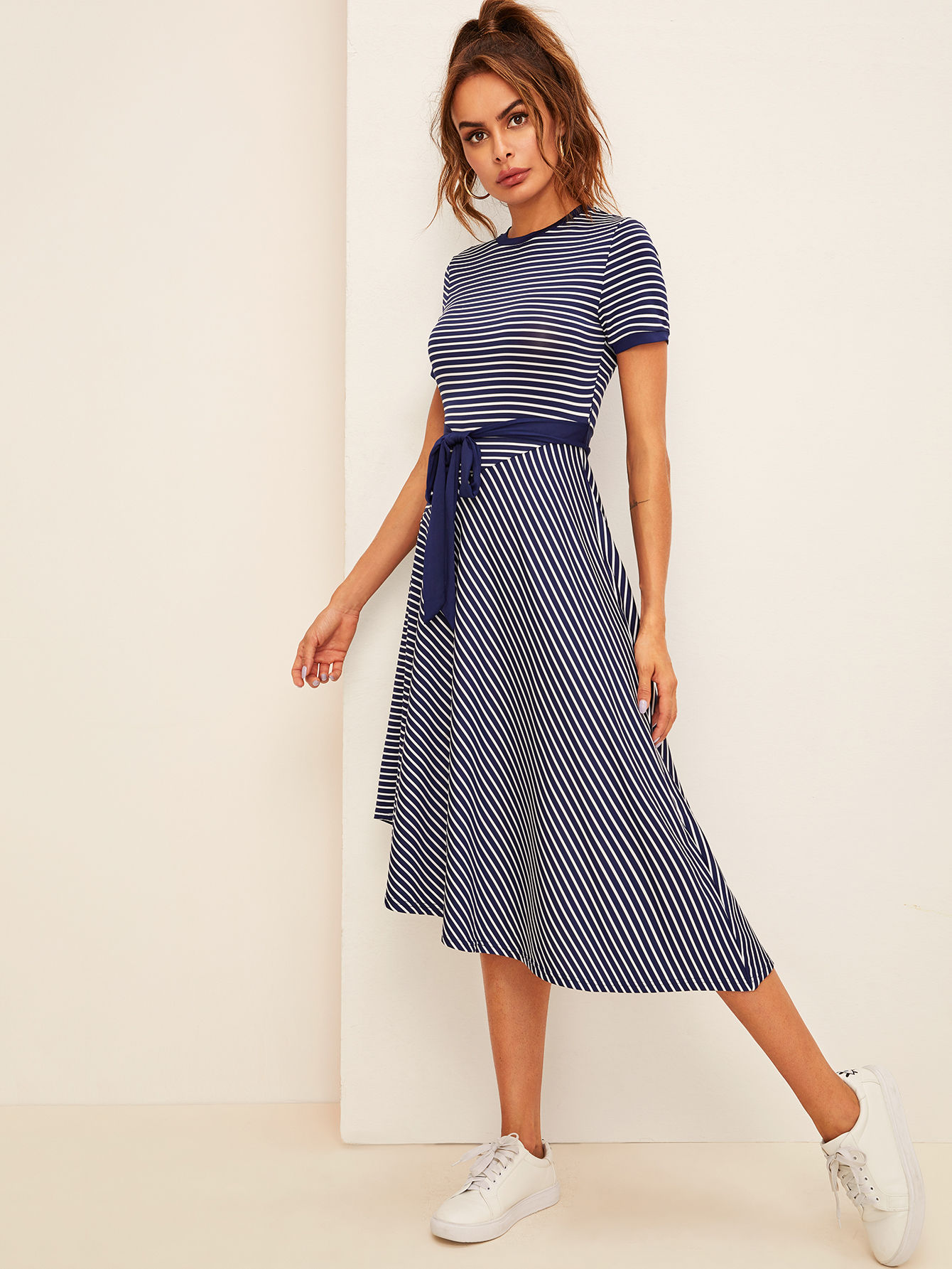 Фото - Асимметричное полосатое платье с поясом от SheIn цвет тёмно-синие